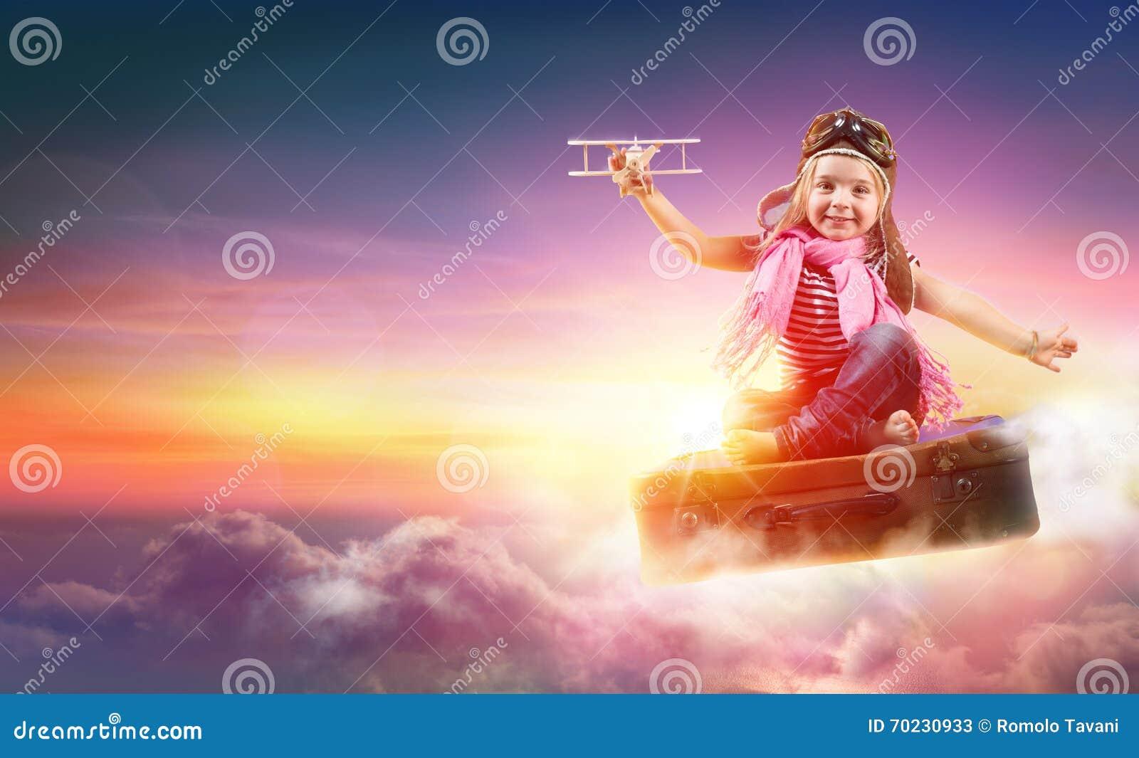 Kind die met Fantasie op Koffer vliegen