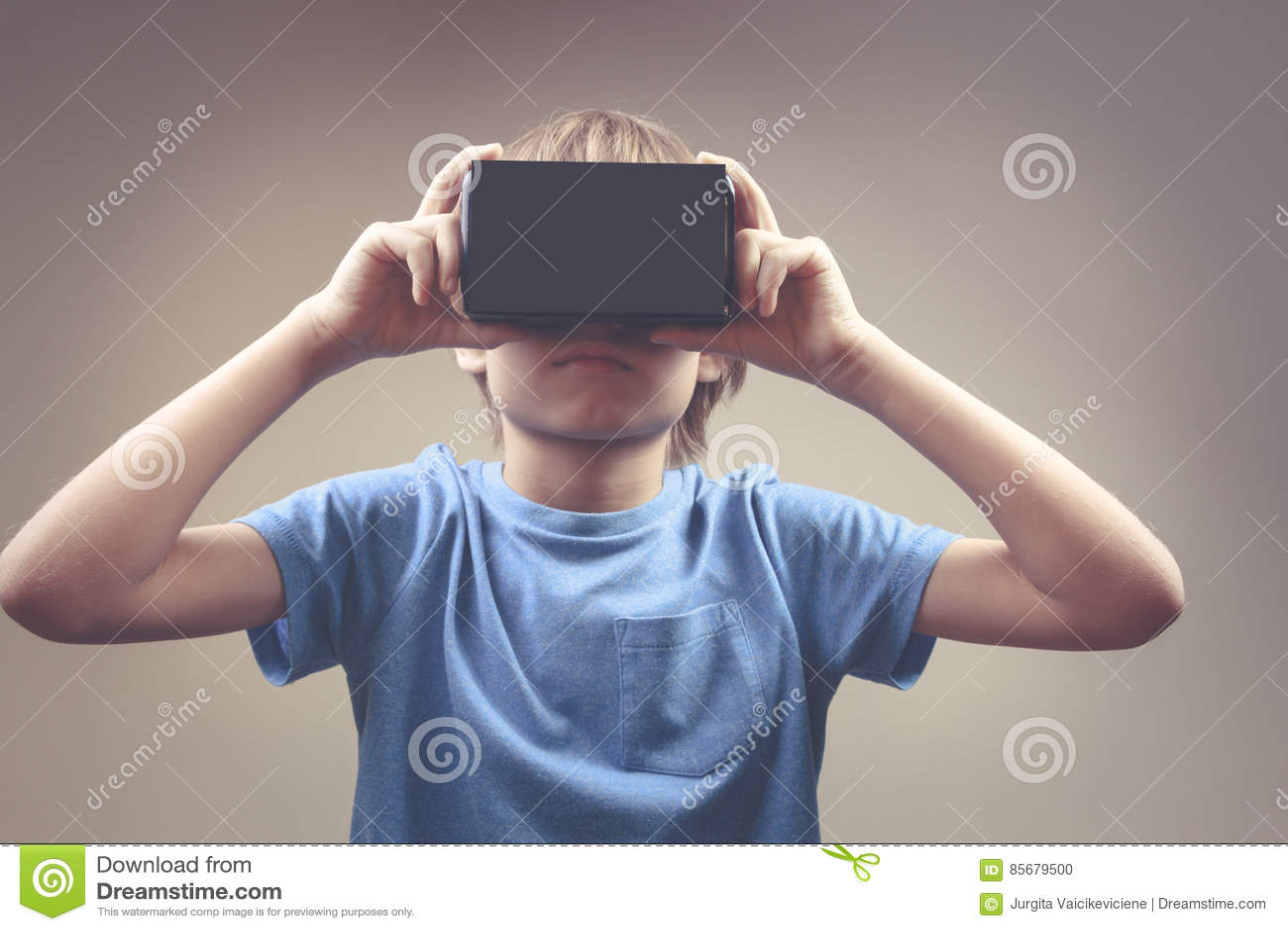 Kind die nieuwe 3D Virtuele Werkelijkheid, VR-kartonglazen gebruiken