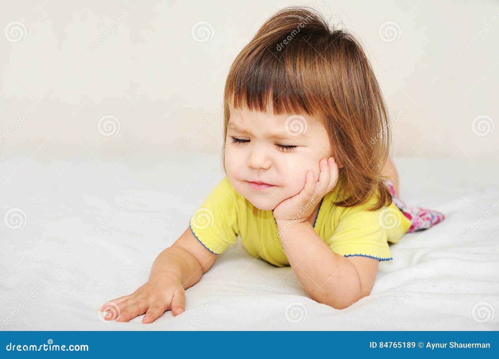 Kind die tandpijnpijn, tandkinderverzorging concept voelen