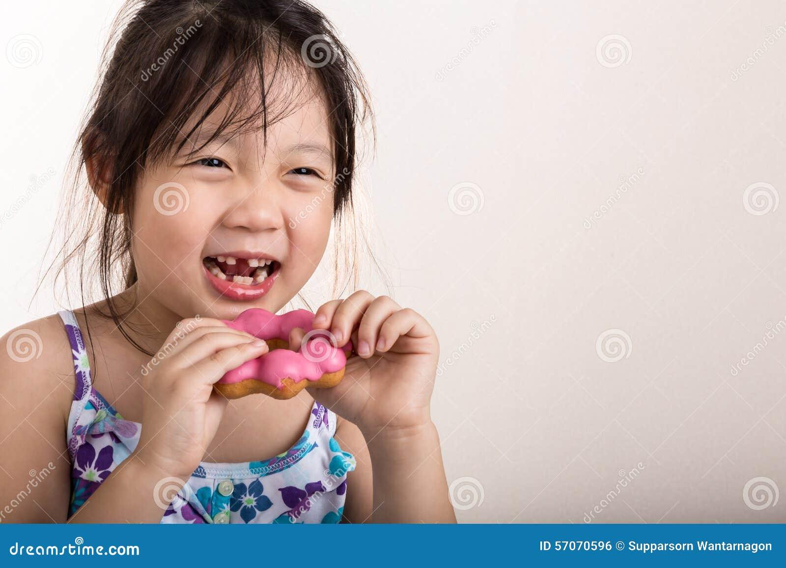 Kind Doughnut eten/Kind die Doughnutachtergrond eten