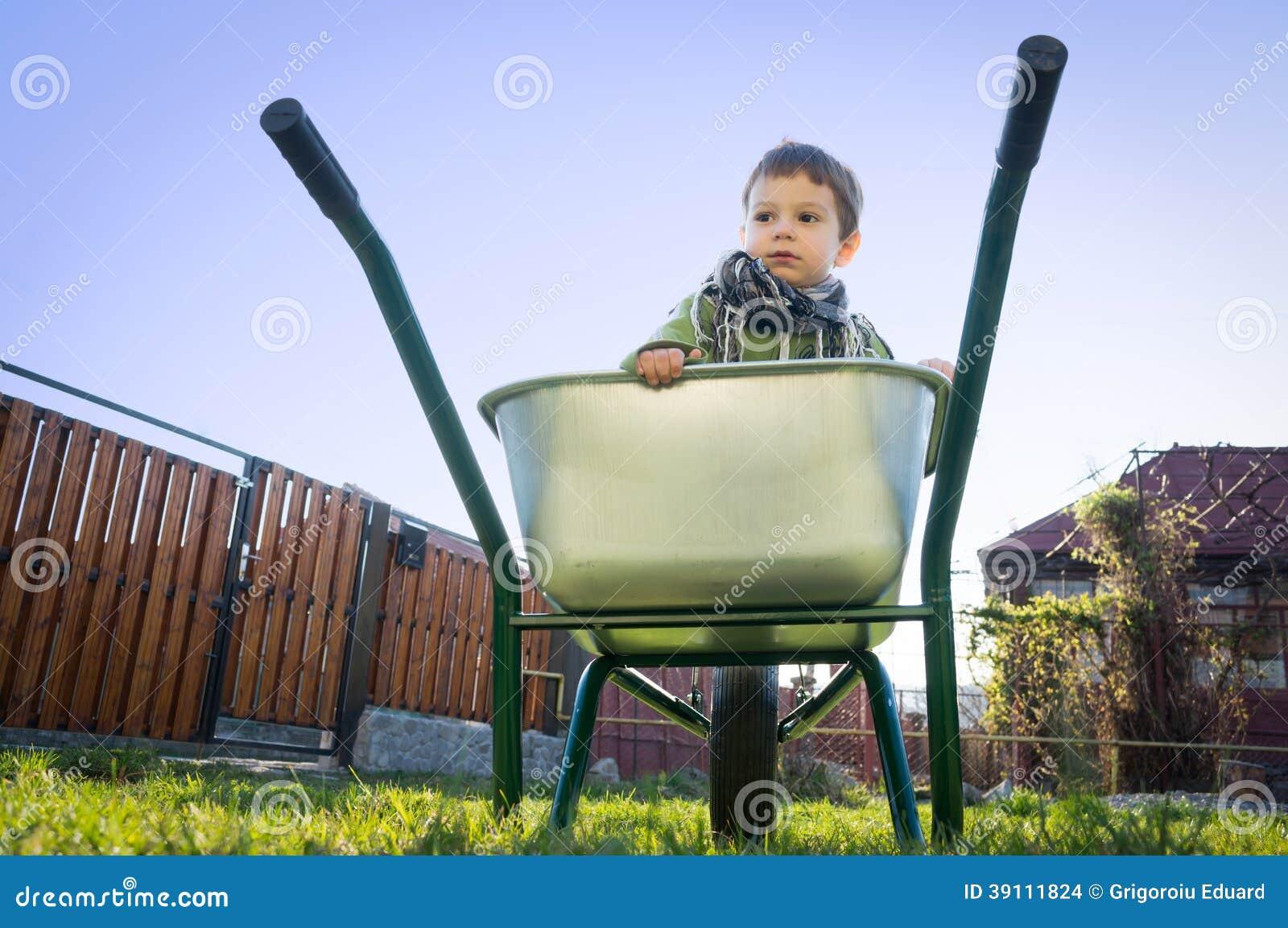 Kind in een kruiwagen
