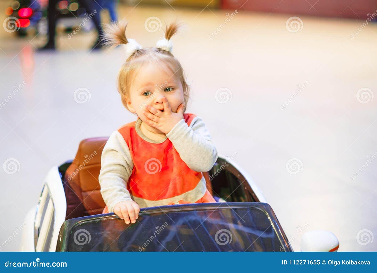 Kind in een stuk speelgoed auto
