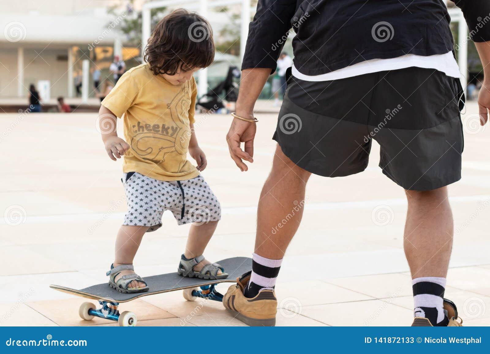 Kind en leraar die leren te schaatsen
