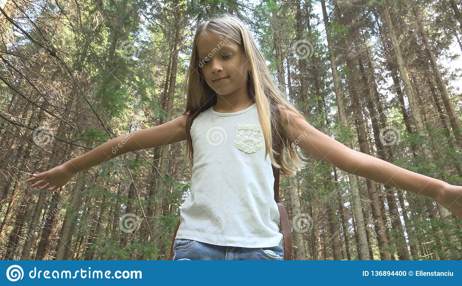 Kind in Forest Walking op Logboek, Jong geitje Speel het Kamperen Avontuur, Meisjes Openluchthout