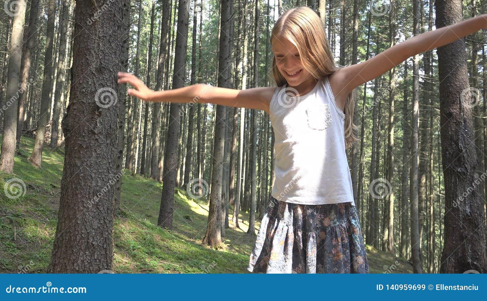 Kind in Forest Walking Tree Log Kid-het Spelen het Kamperen het Openluchthout van het Avonturenmeisje