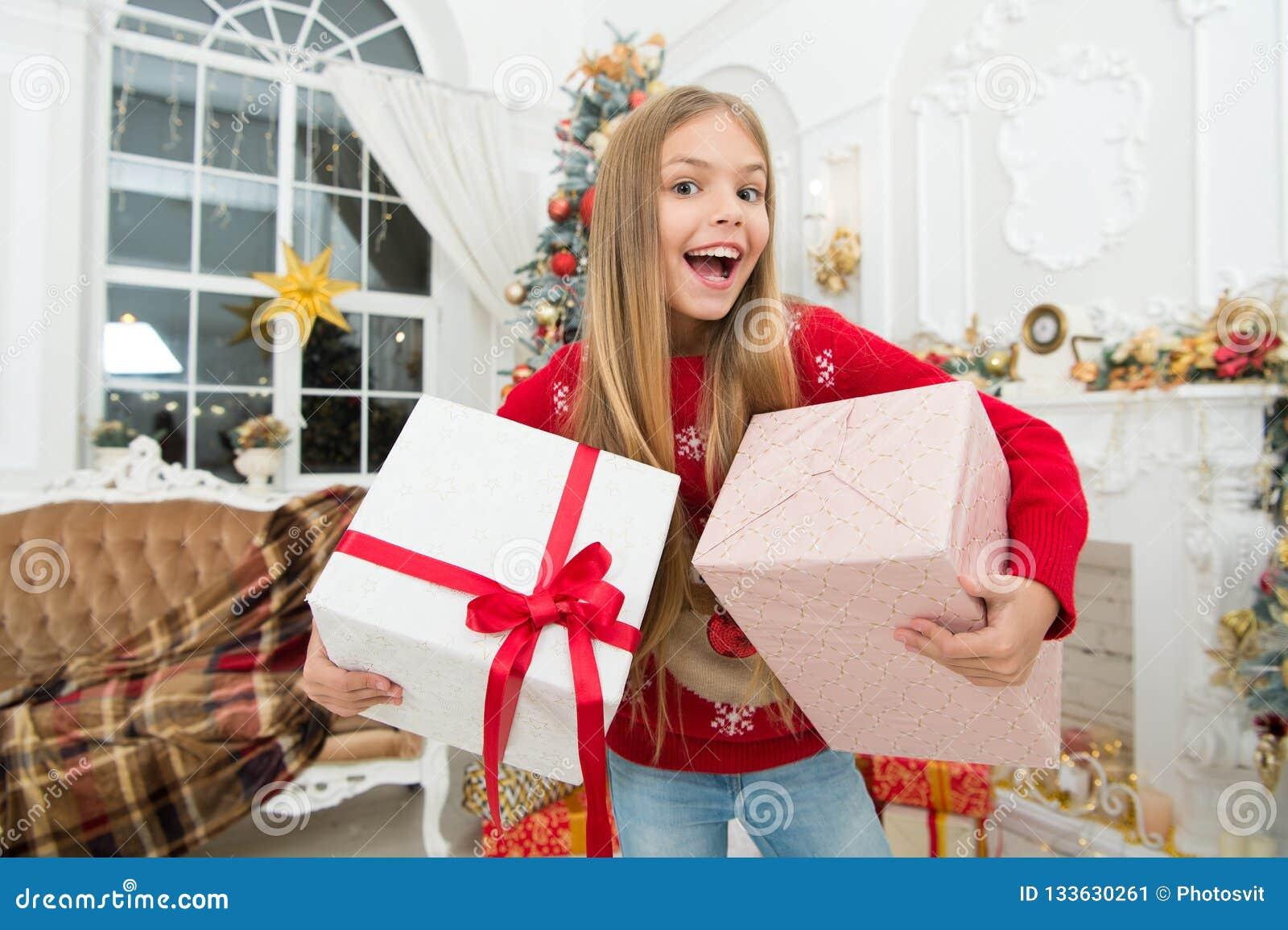 Kind genießen den Feiertag Weihnachtsbaum und Geschenke Glückliches neues Jahr Die ganze Welt in einer Note Winter Weihnachten on