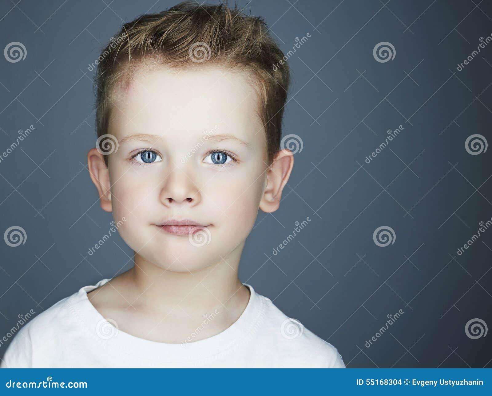 Kind grappig weinig jongen 5 jaar oud stock foto afbeelding 55168304 - Kind oud ...