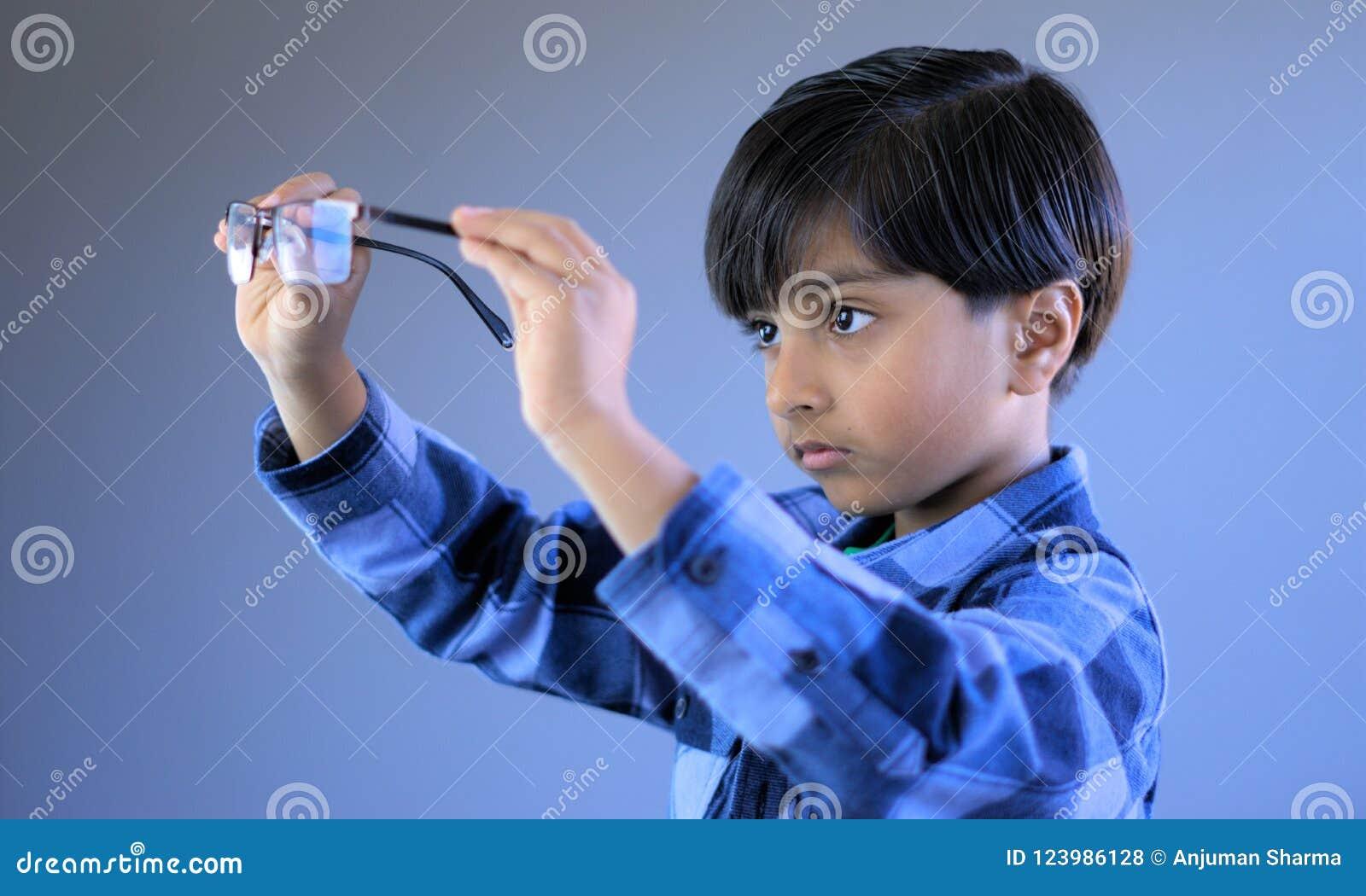 Kind in handeling van het dragen van glazen