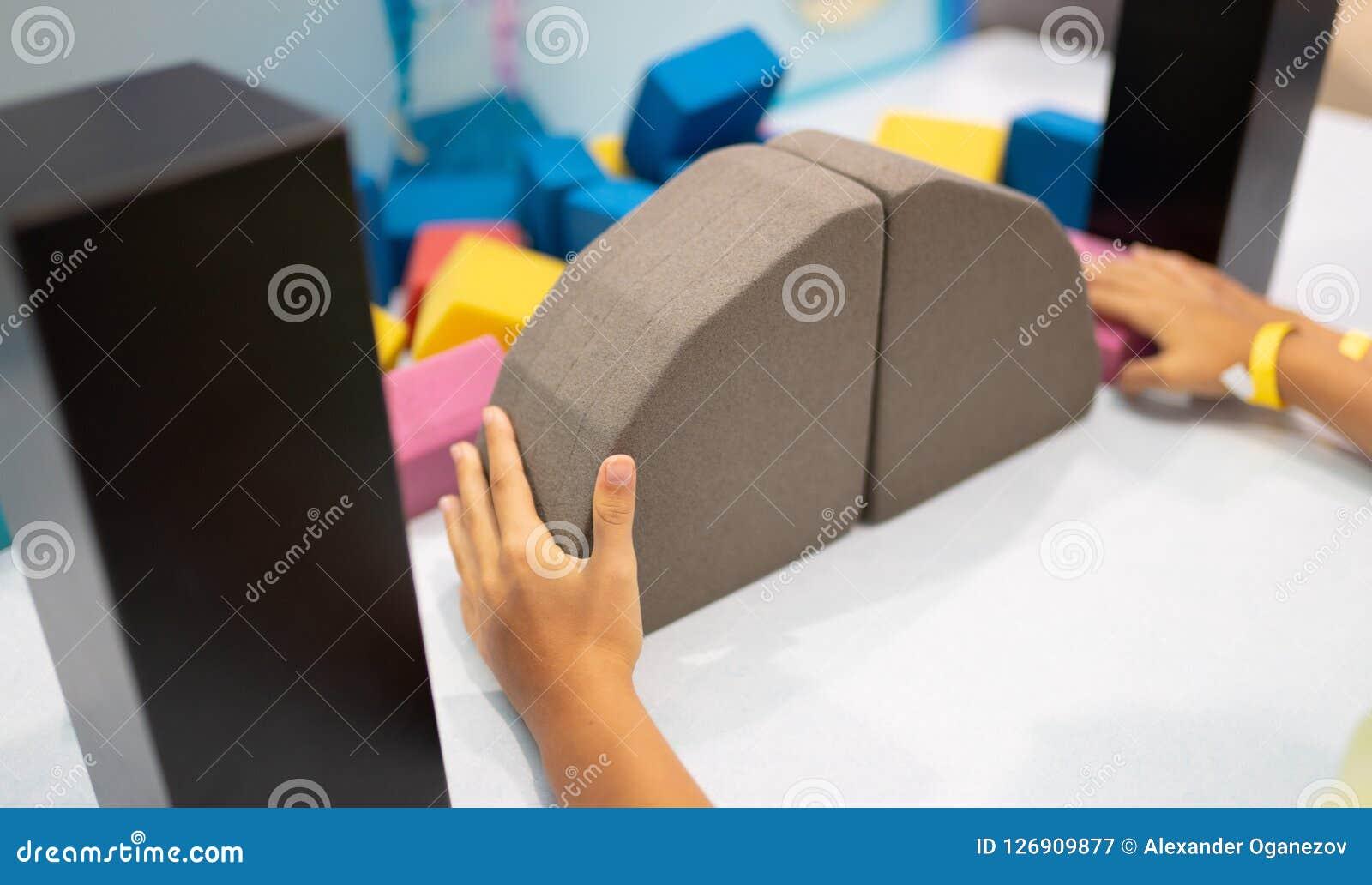 Kind het assembleren brug van kleurrijke vormen