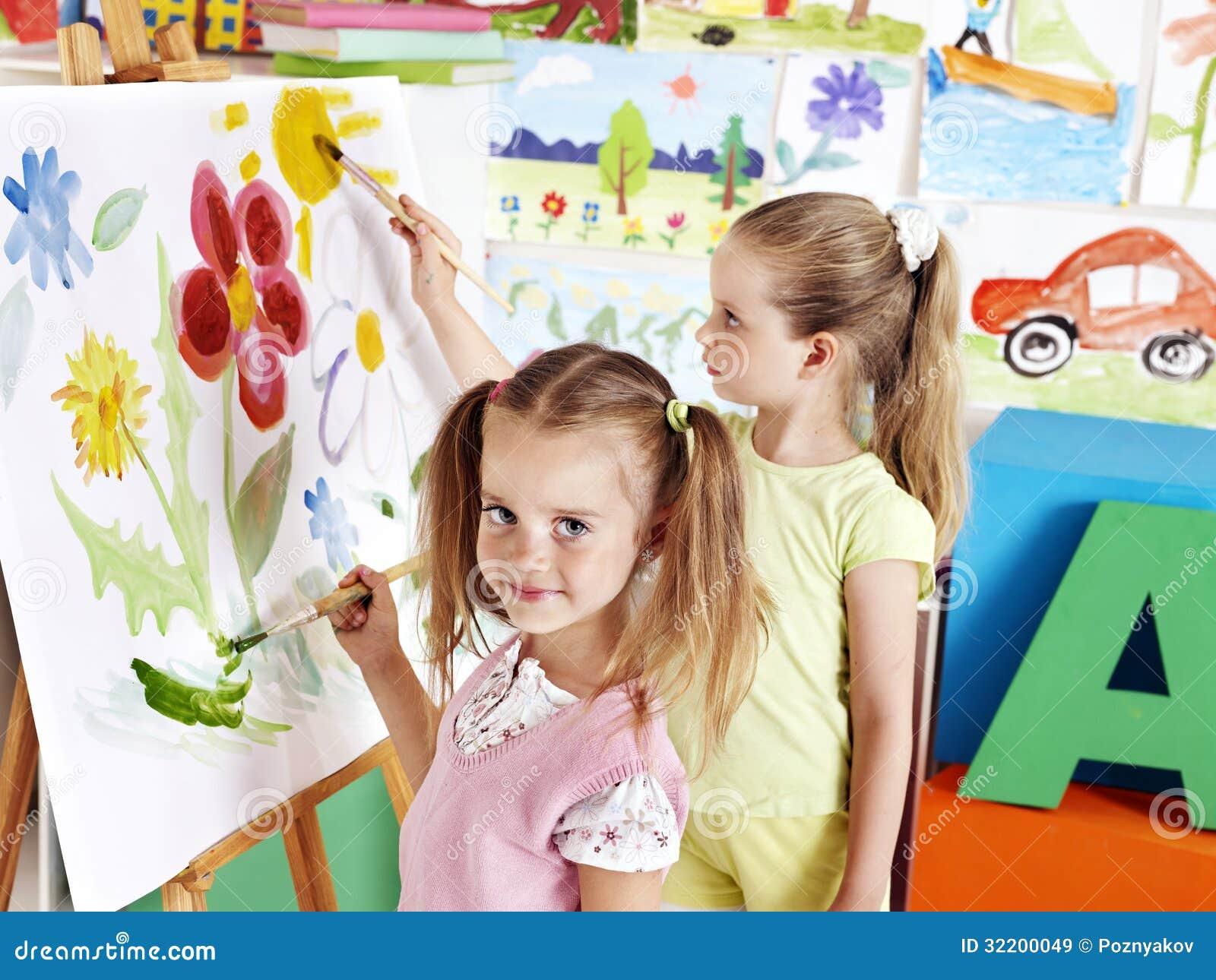 Kind het schilderen bij schildersezel royalty vrije stock afbeeldingen beeld 32200049 - Schilderen kind jongen ...