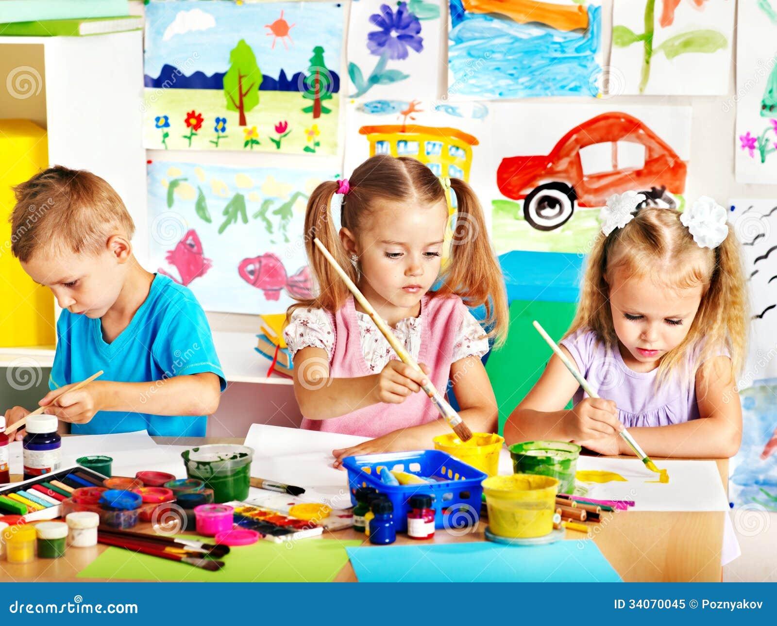 Kind het schilderen bij schildersezel.
