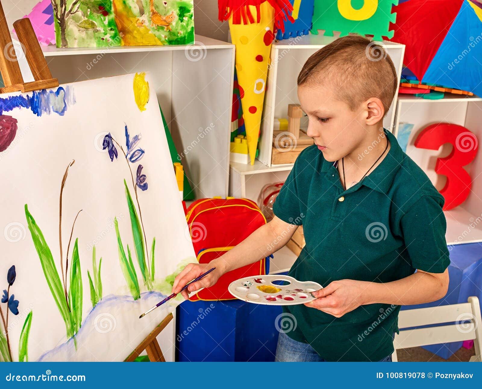 Kind het schilderen vinger op schildersezel de jong geitjejongen
