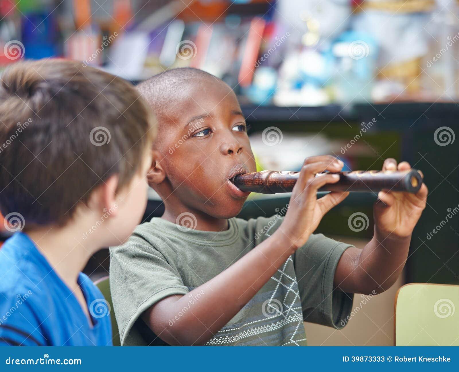 Kind het spelen fluit in muziekschool