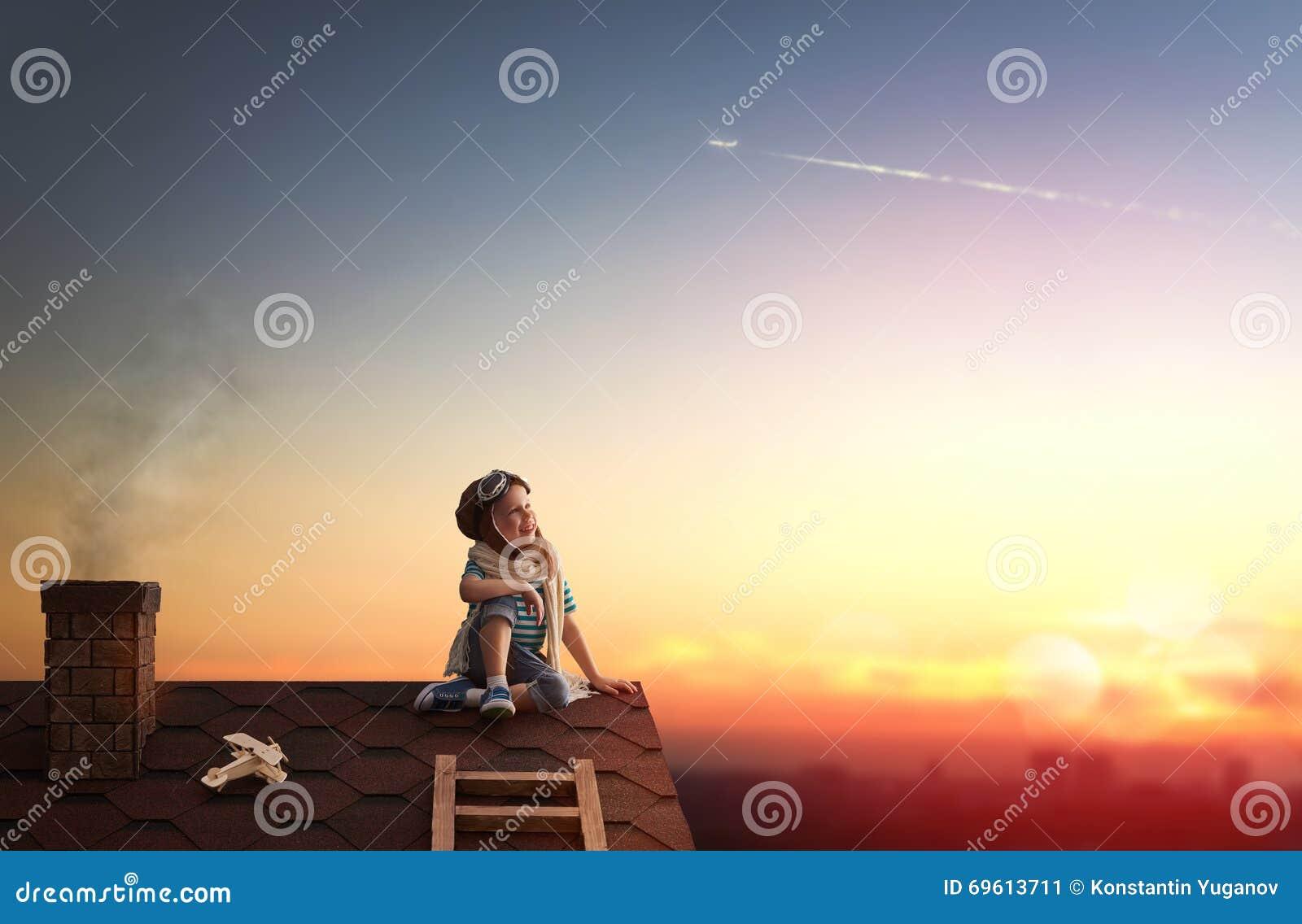 Kind het spelen op het dak
