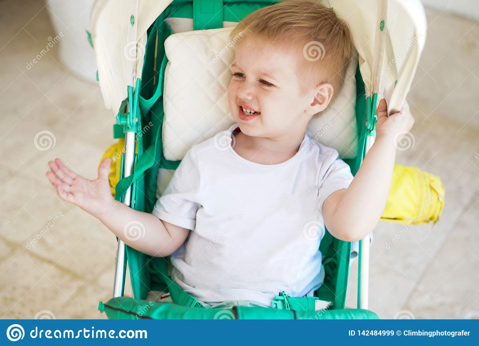 Kind im Babyspaziergang