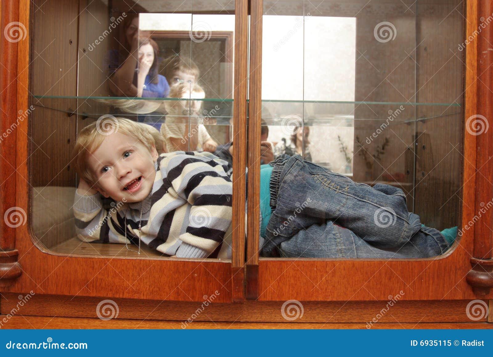 Kind in ingebouwde kast stock afbeelding afbeelding bestaande uit jongens 6935115 - Weergaven kind kast ...