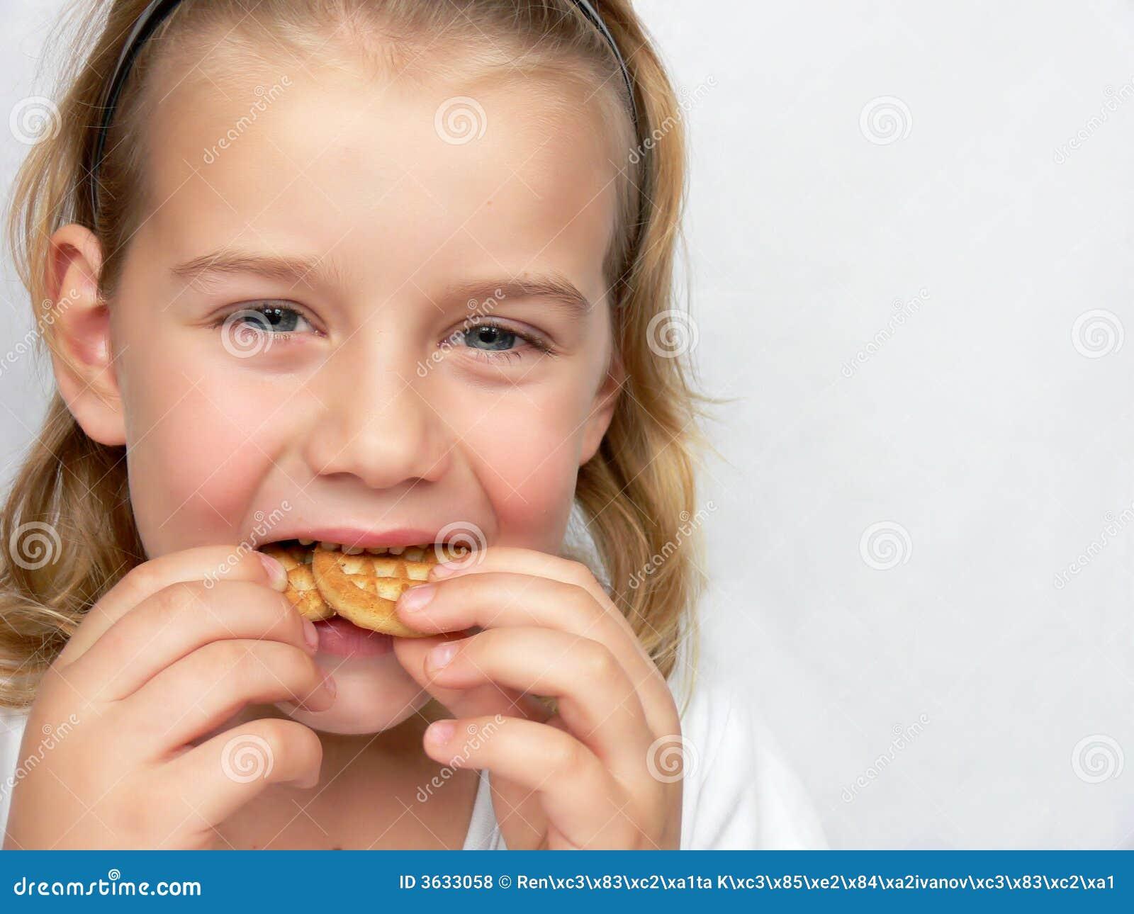 Kind isst Plätzchen