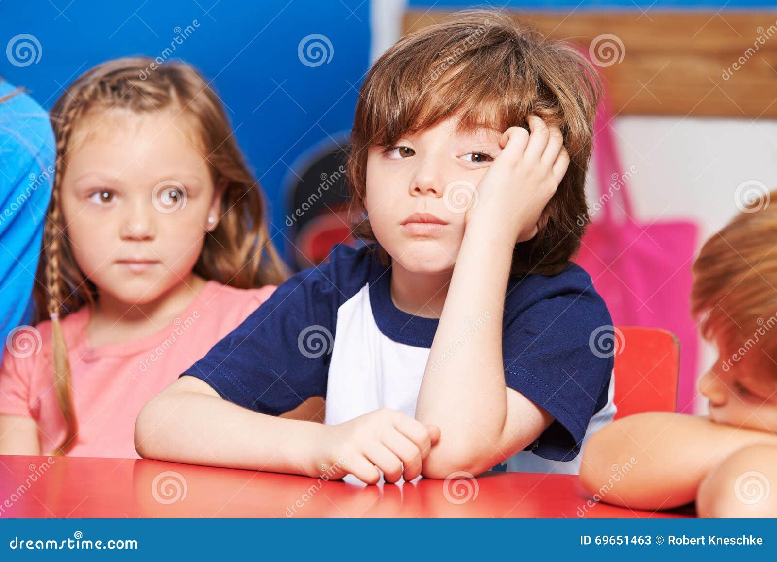 Kind Langweilt Sich Im Kindergarten