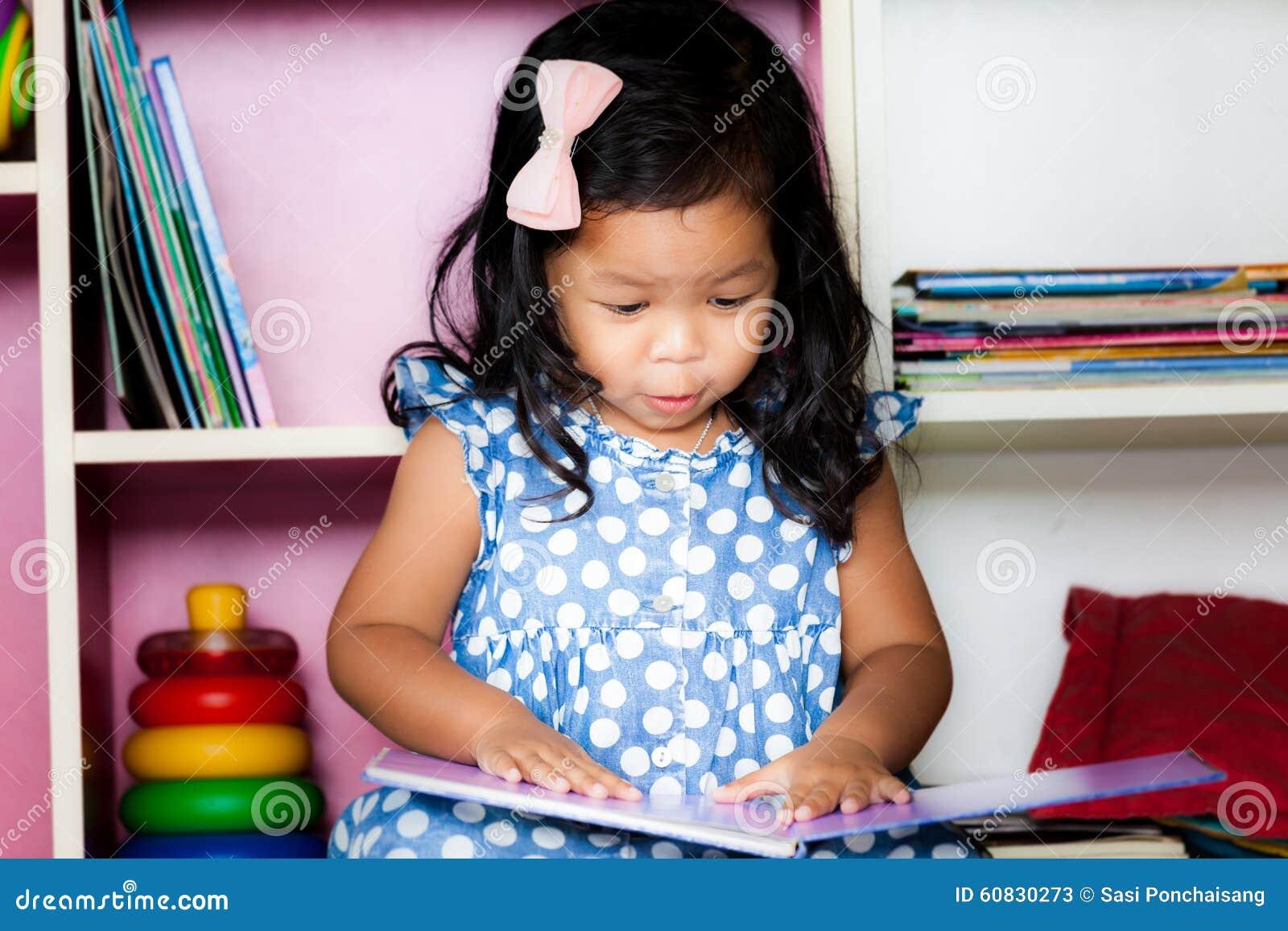 Kind las, das nette kleine Mädchen, das ein Buch liest