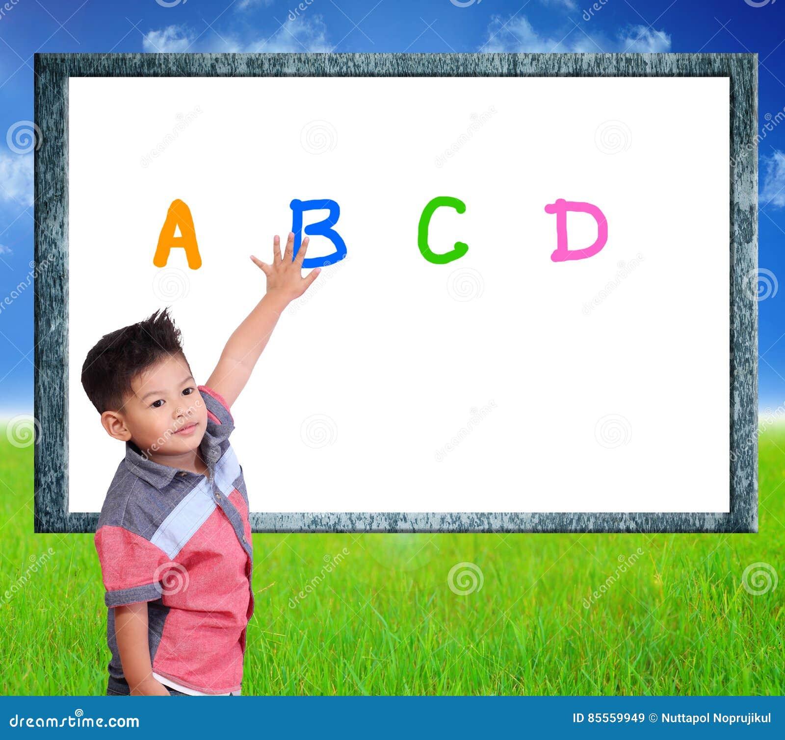 Kind lernen Index auf einem Naturhintergrund