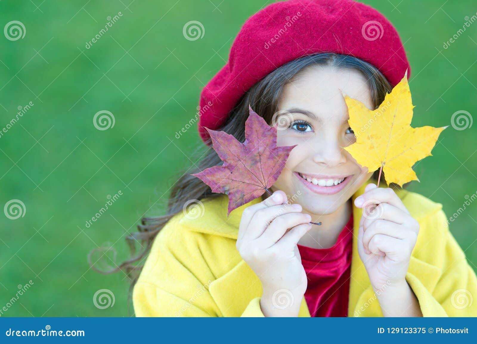 Kind met de bladerengang van de de herfstesdoorn De de herfstbehaaglijkheid is enkel rond Meisje over de herfstseizoen dat wordt