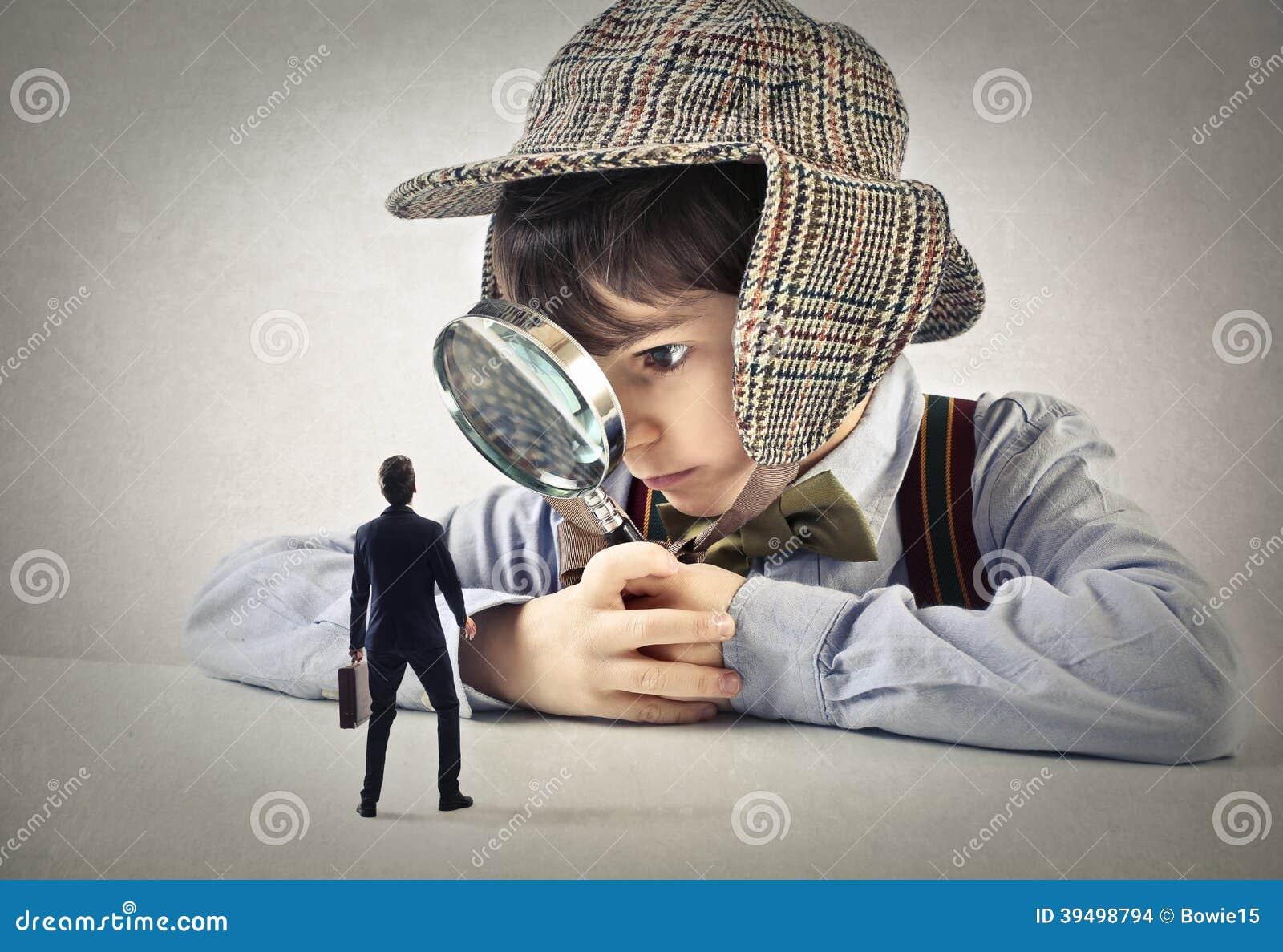 Kind met een handlens die een zakenman bekijken