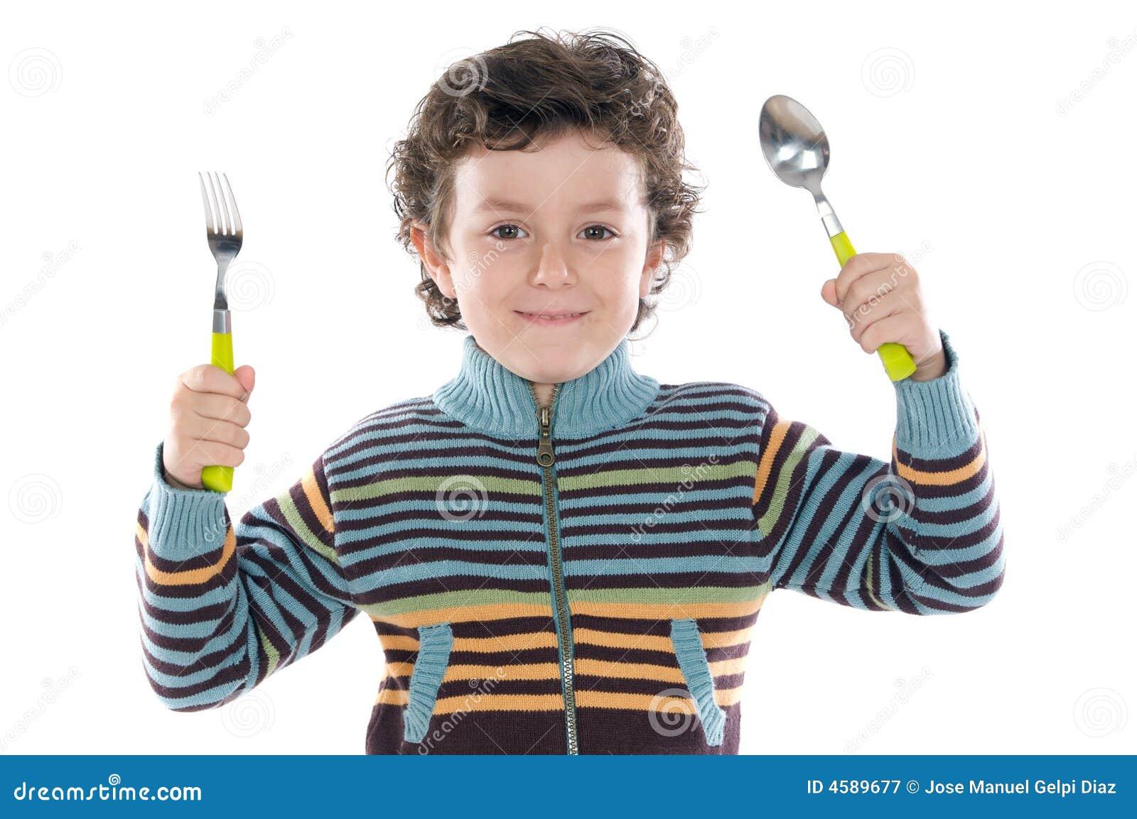 Kind met een lepel en een vork