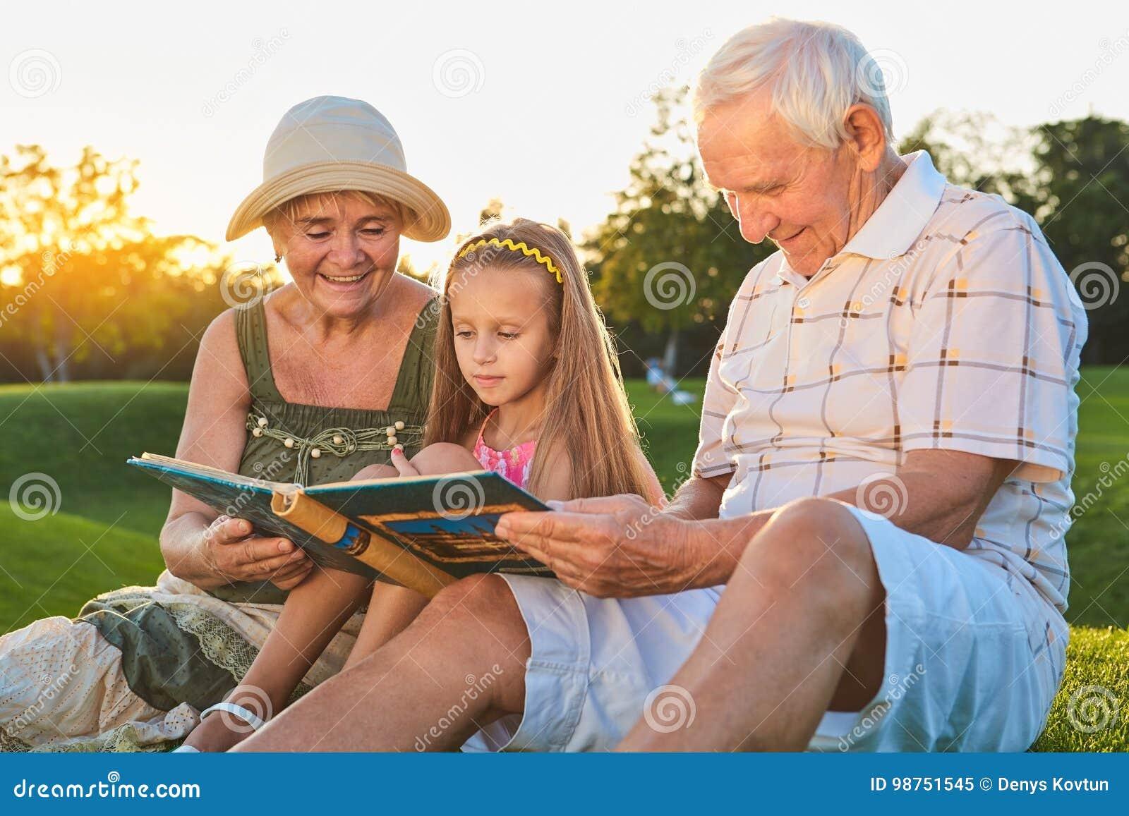 Kind met grootouders, fotoalbum