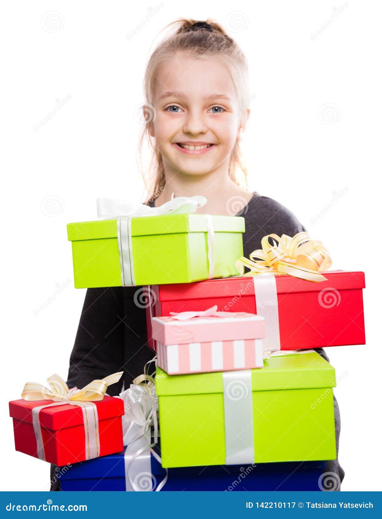 Kind met heel wat giftdozen in handen op geïsoleerde achtergrond