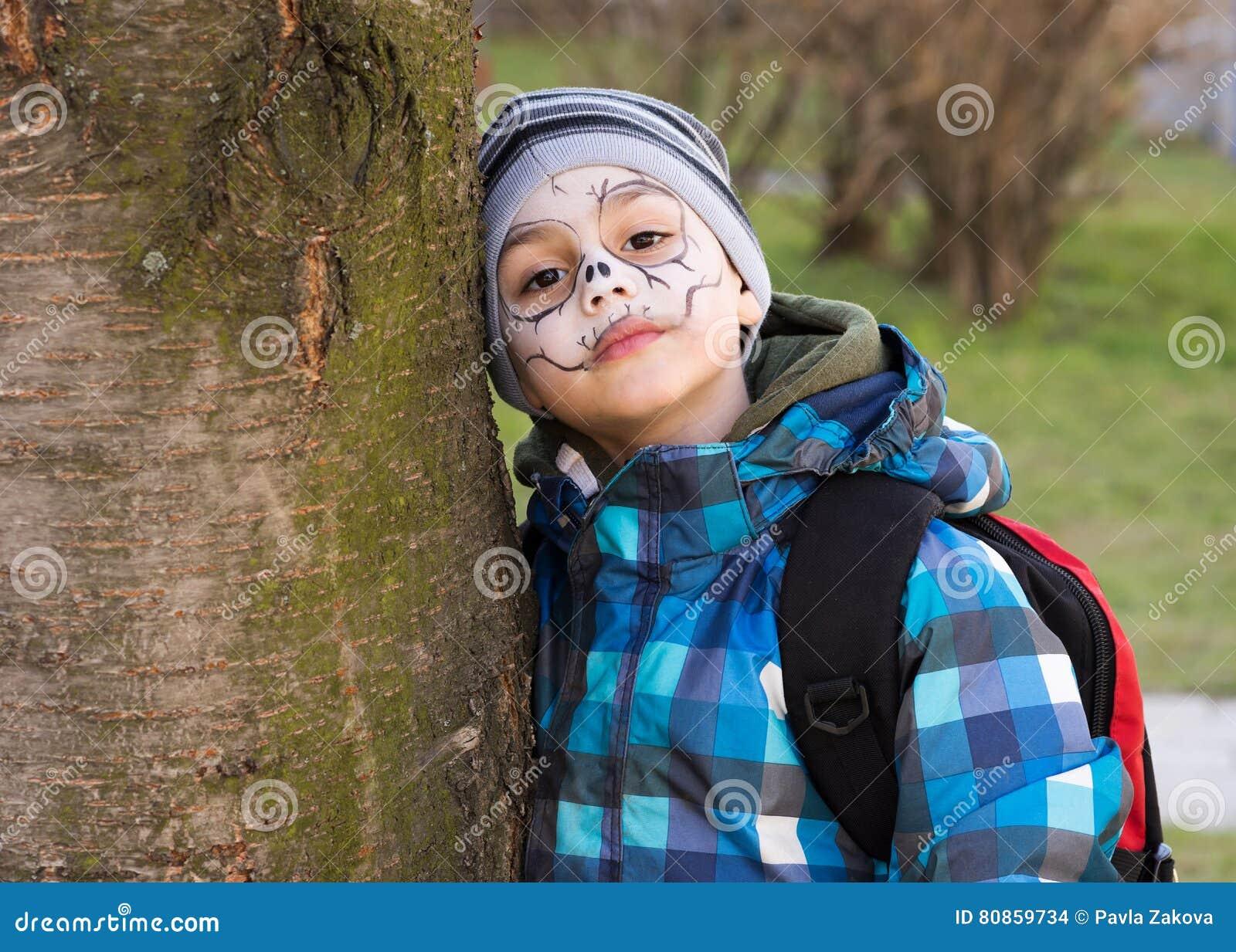 Kind met het enge gezicht schilderen stock foto afbeelding 80859734 - Schilderen kind jongen ...