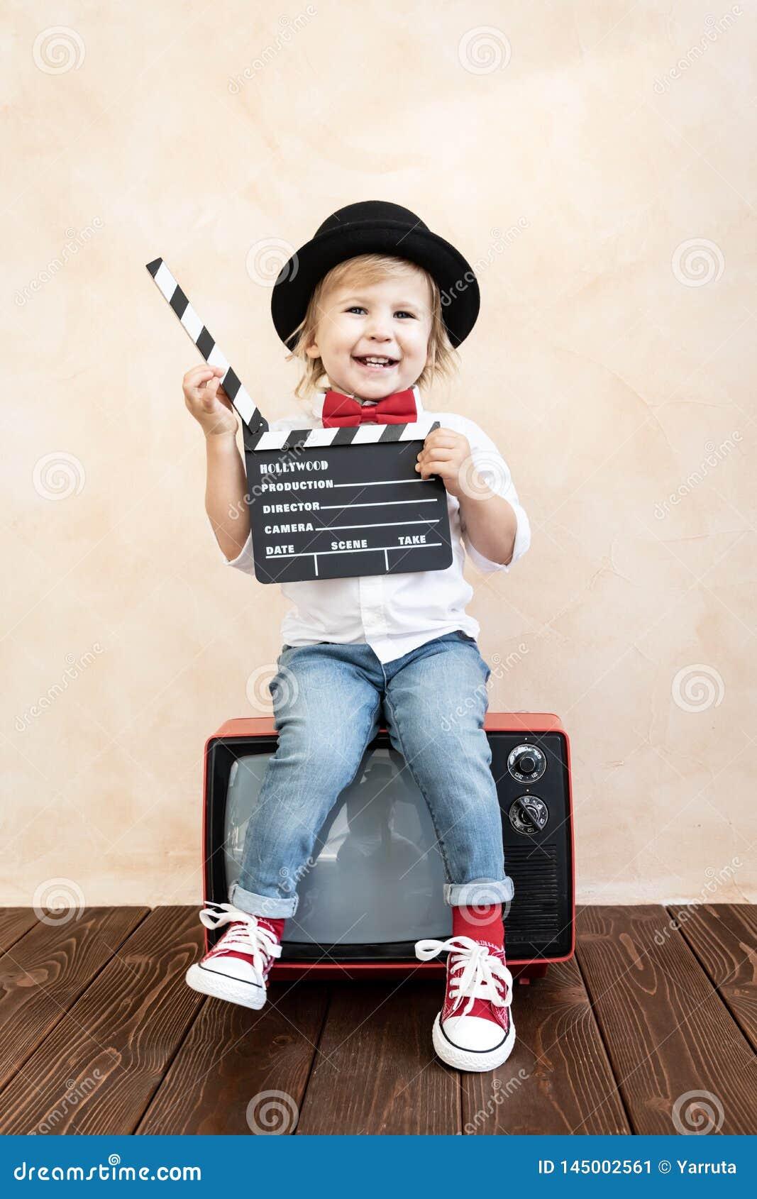 Kind met kleppenraad die thuis spelen