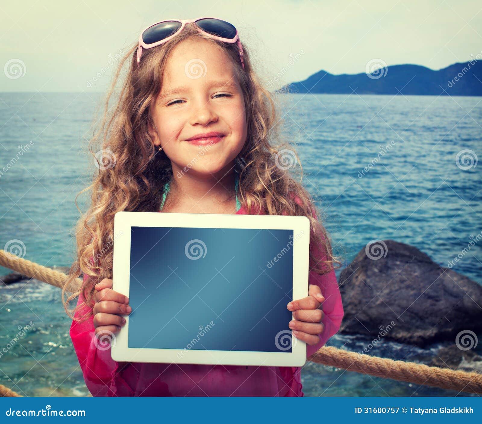 Kind met tabletcomputer
