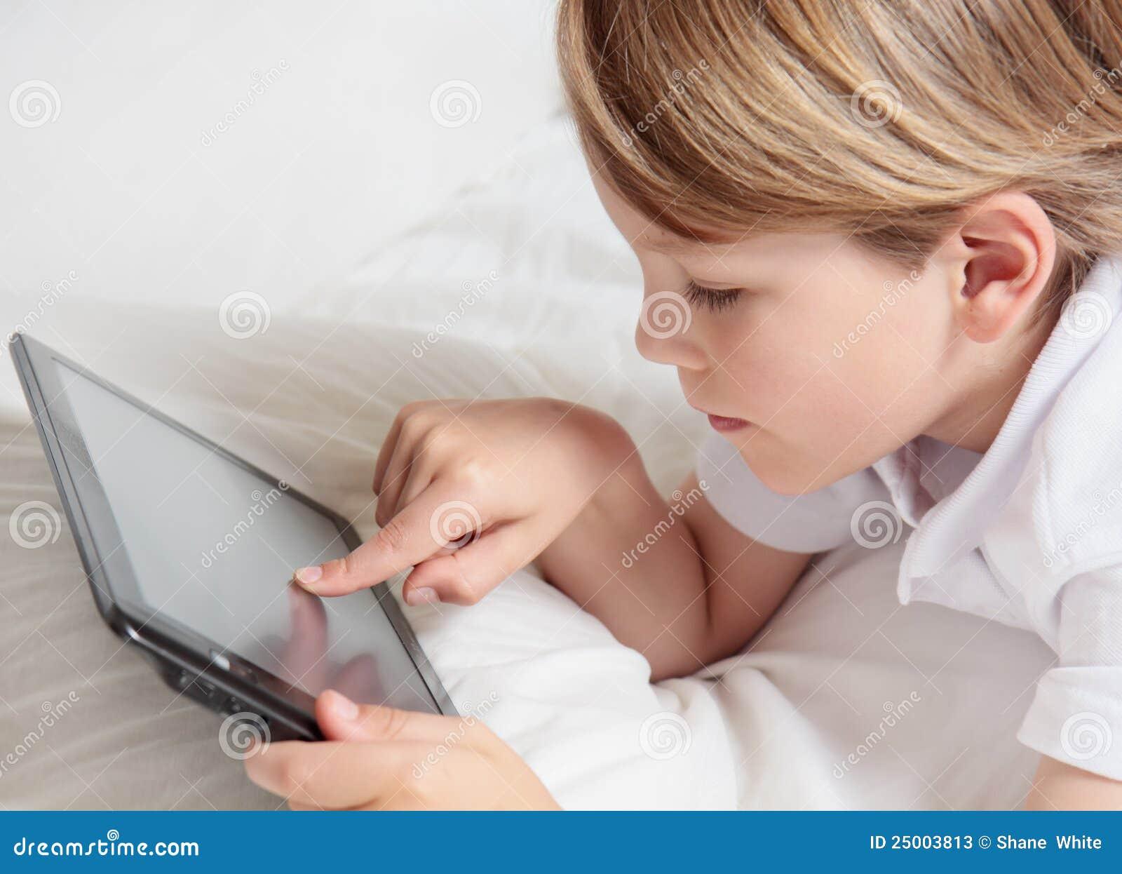 Kind met tabletPC van verschillende media.