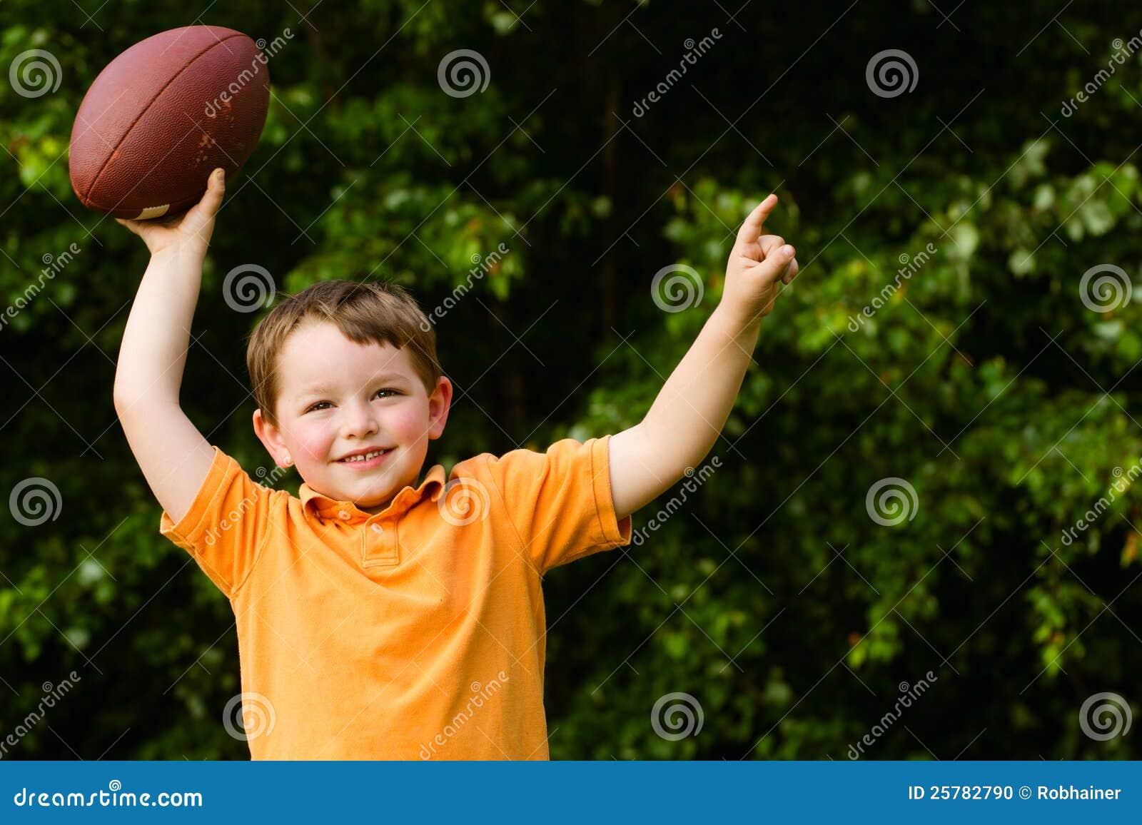 Kind met voetbal het vieren