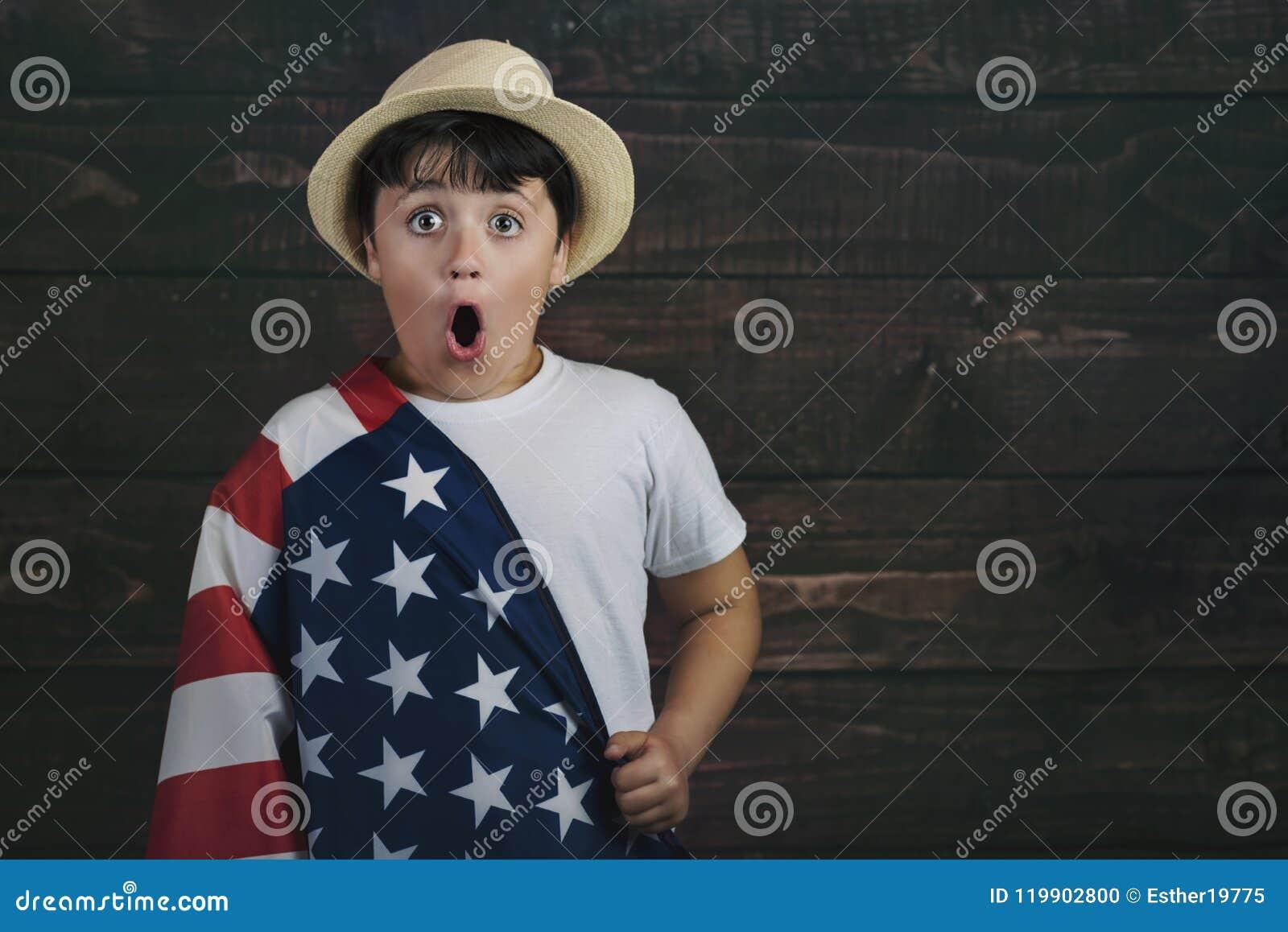 Kind mit der Flagge der Vereinigten Staaten