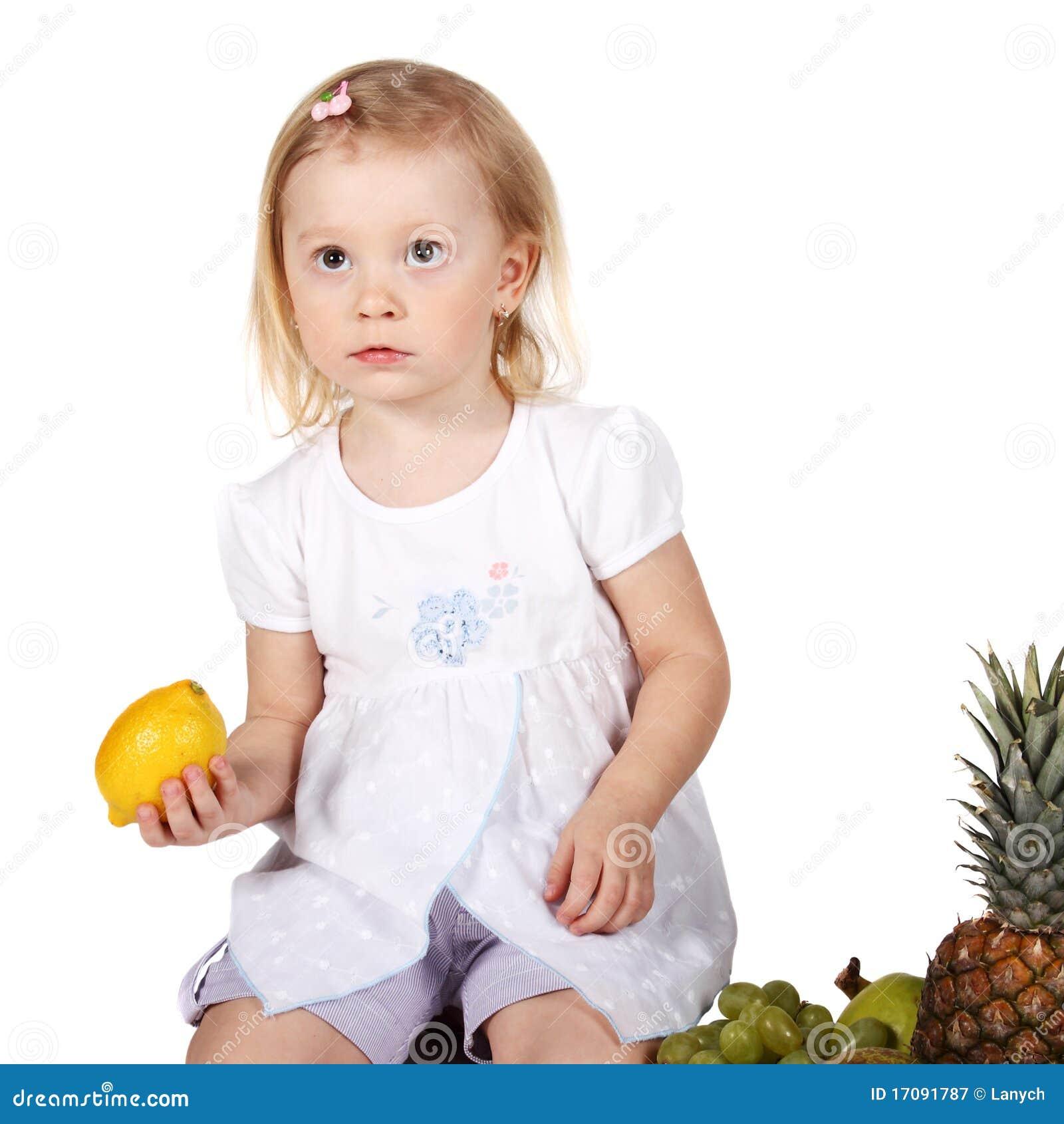 Kind mit Früchten