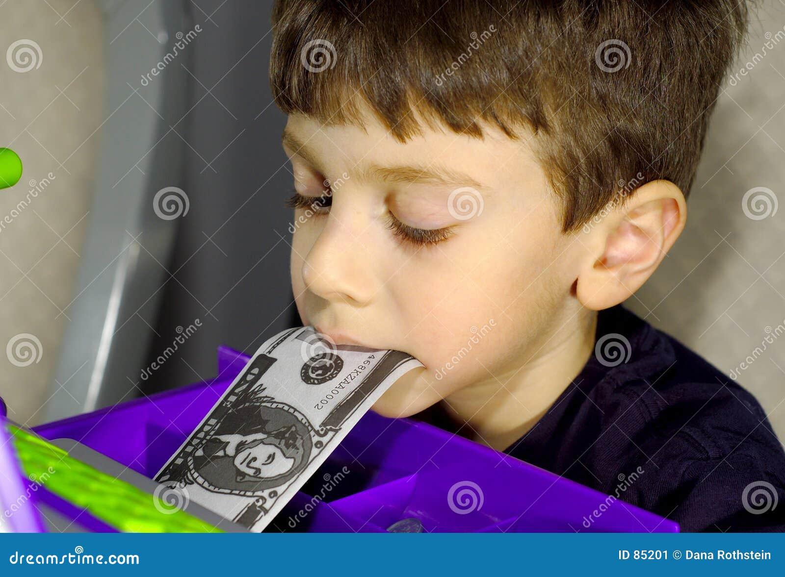 Kind mit Geld im Mund