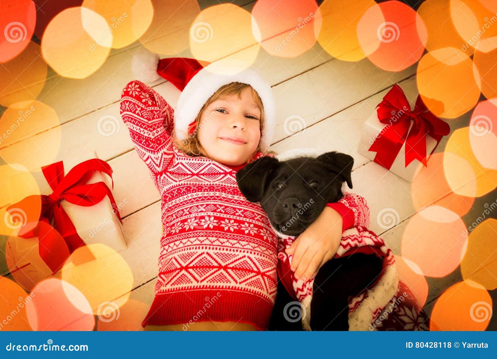 Kind Mit Labrador-Welpen Und Weihnachtsgeschenk Stockfoto - Bild von ...