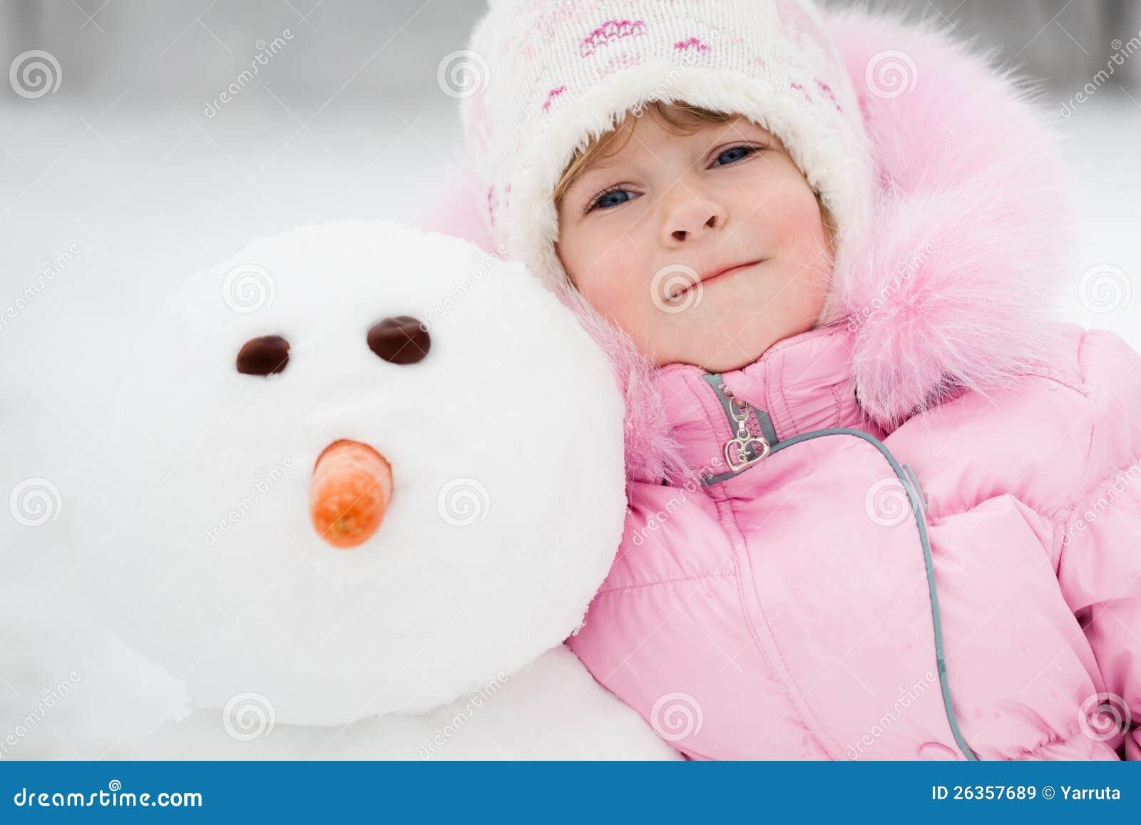 Kind mit Schneemann