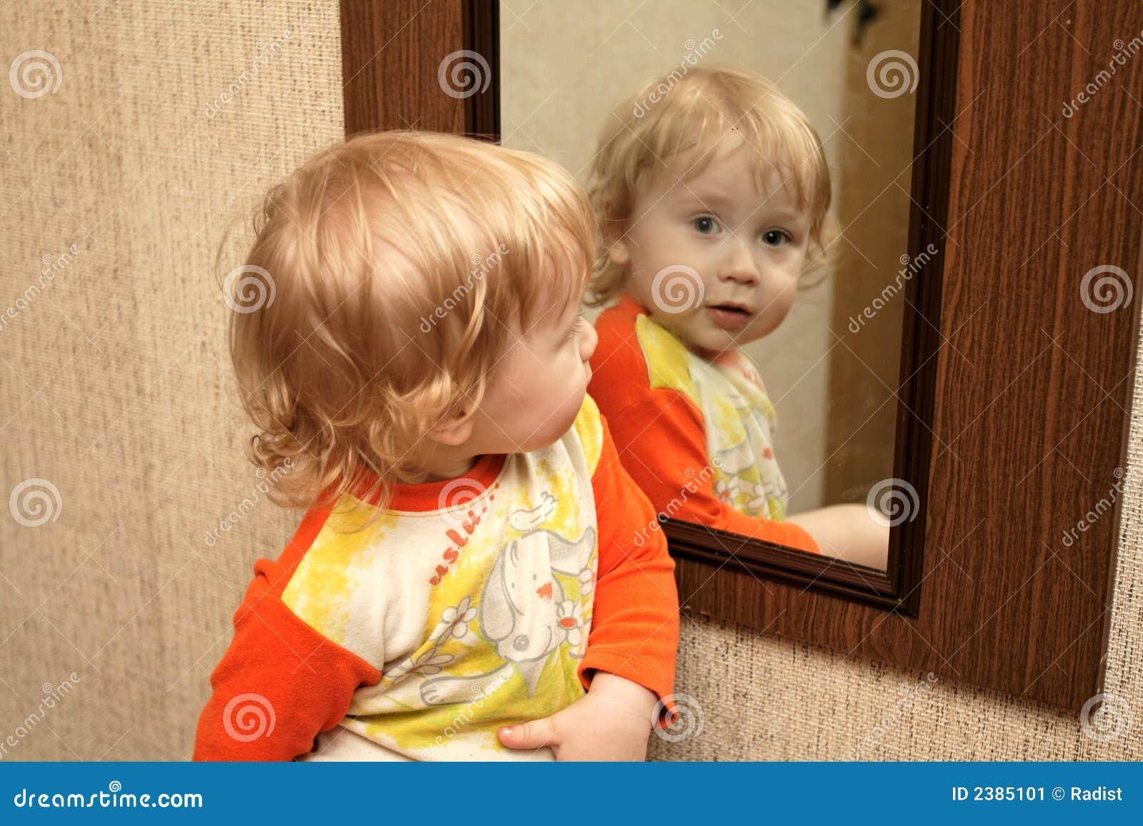 Kind mit spiegel stockbild bild 2385101 for Spiegel kinderzimmer junge