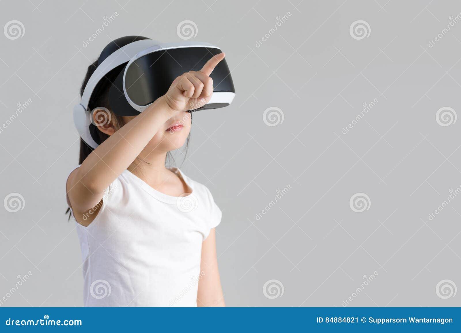 Kind mit virtueller Realität, VR, Kopfhörer-Atelieraufnahme lokalisiert auf weißem Hintergrund Kind, das virtuelle Welt Digital m