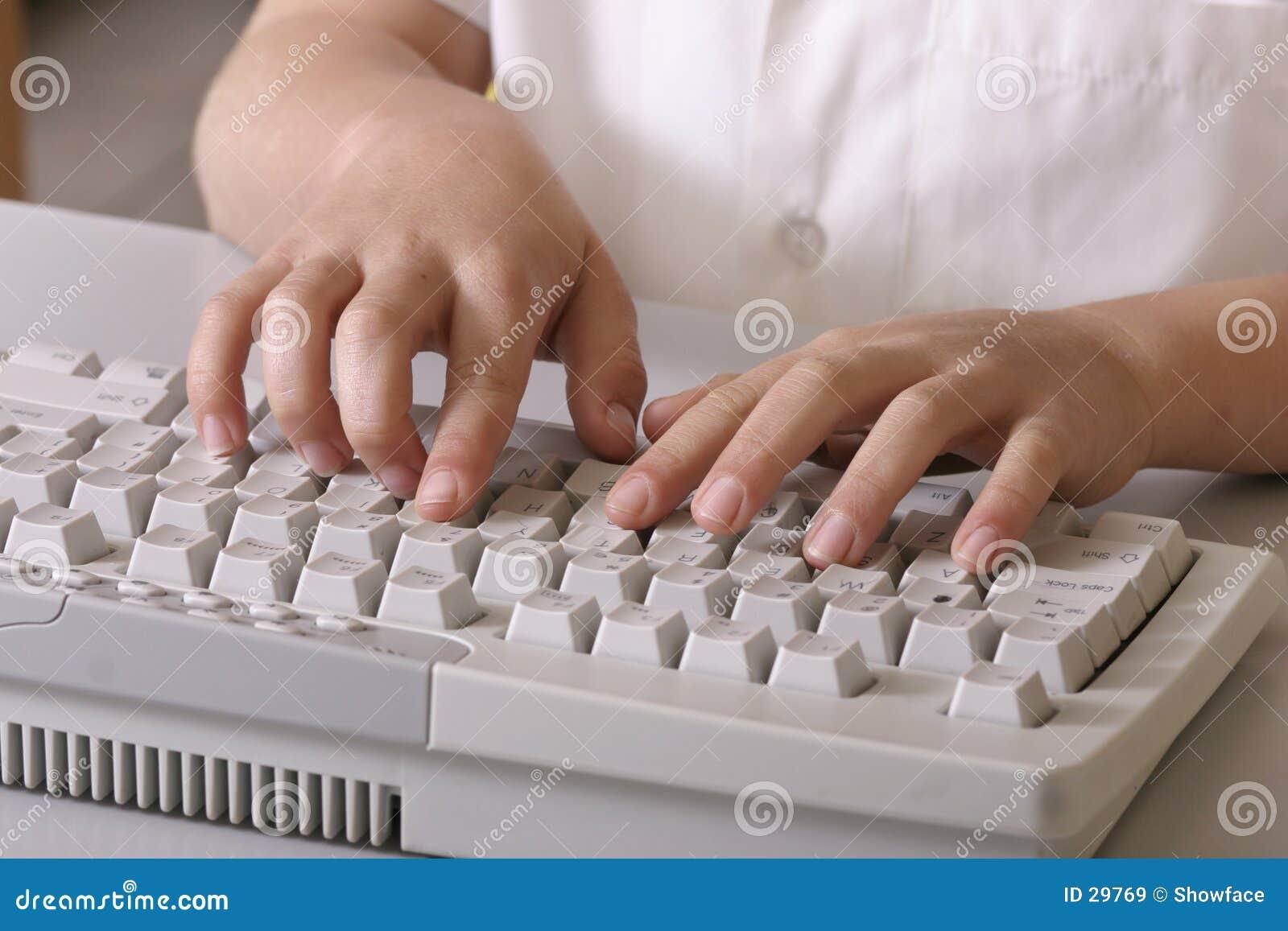 Kind op toetsenbord