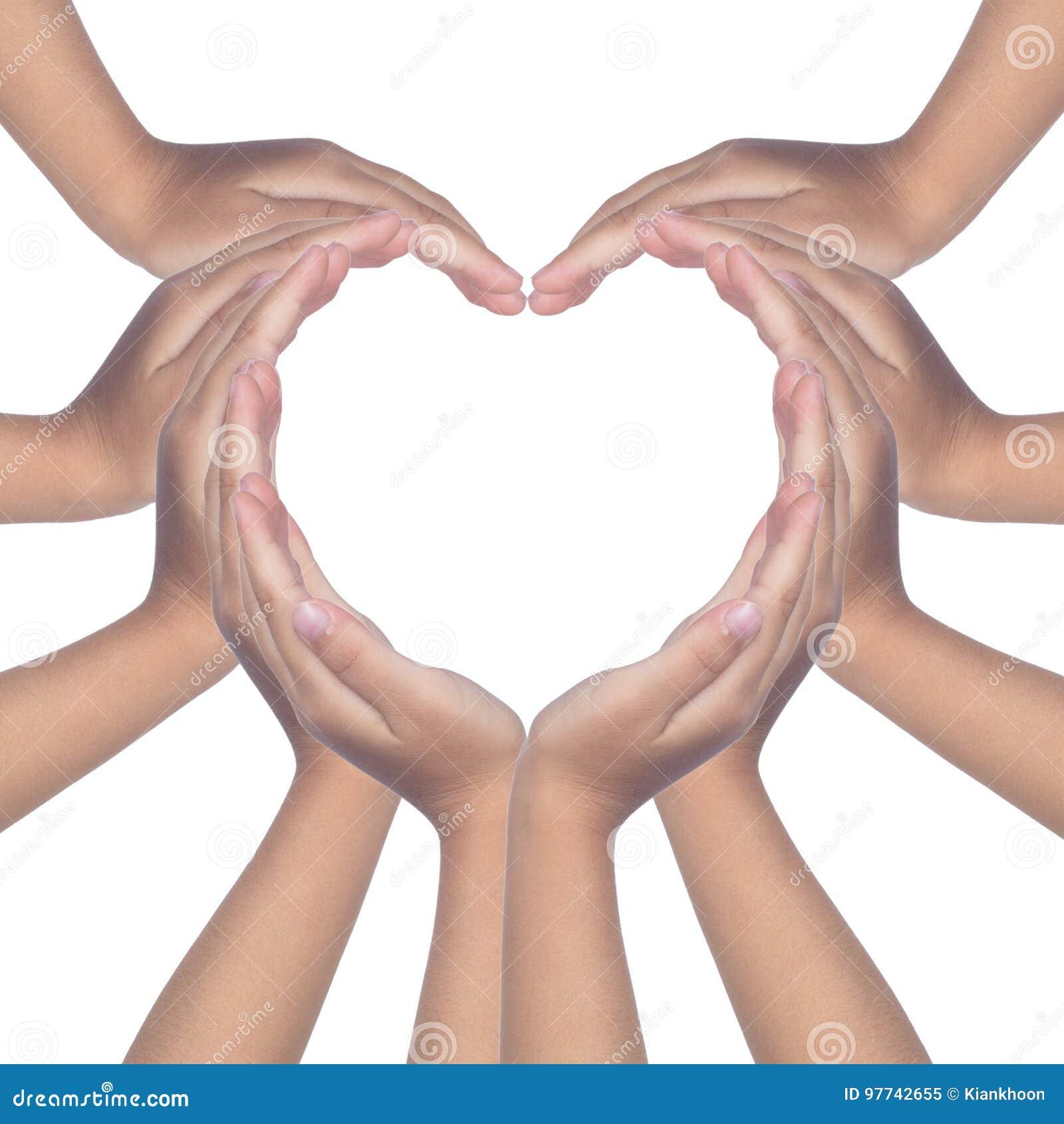 Kind` s handen die een hart gevormd maken