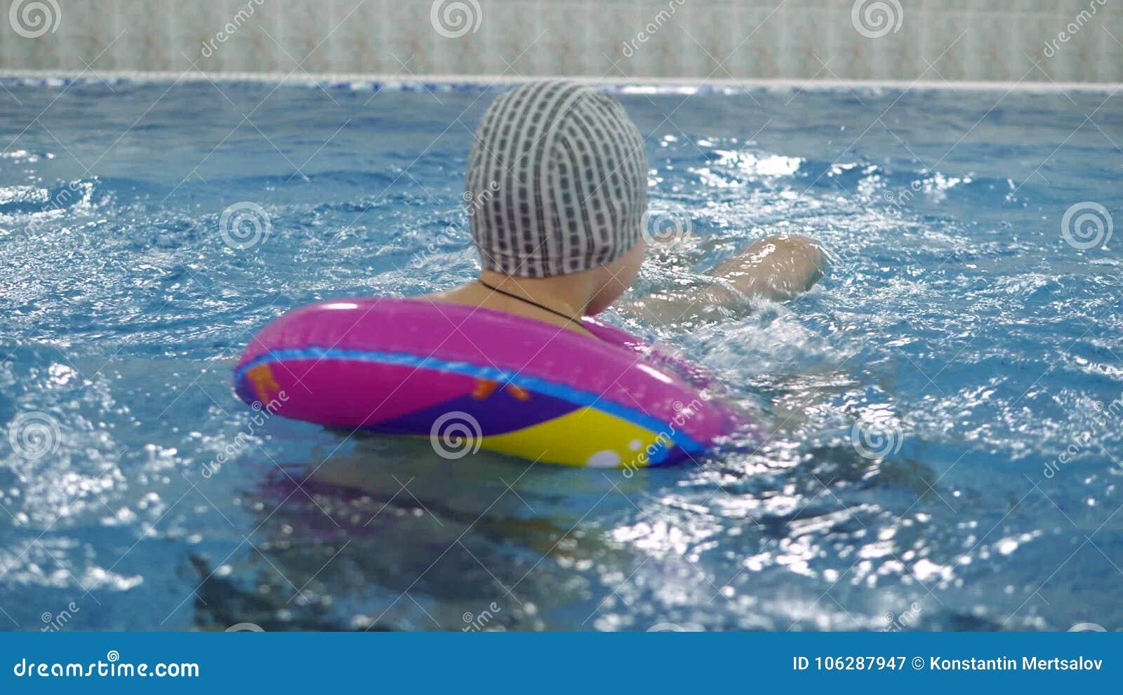 Attraktiv Kind ` S Wasserspiele Im Pool Kleinkinder Baden Im Swimmingpool Stock Video    Video Von Schätzchen, Lebensstil: 106287947