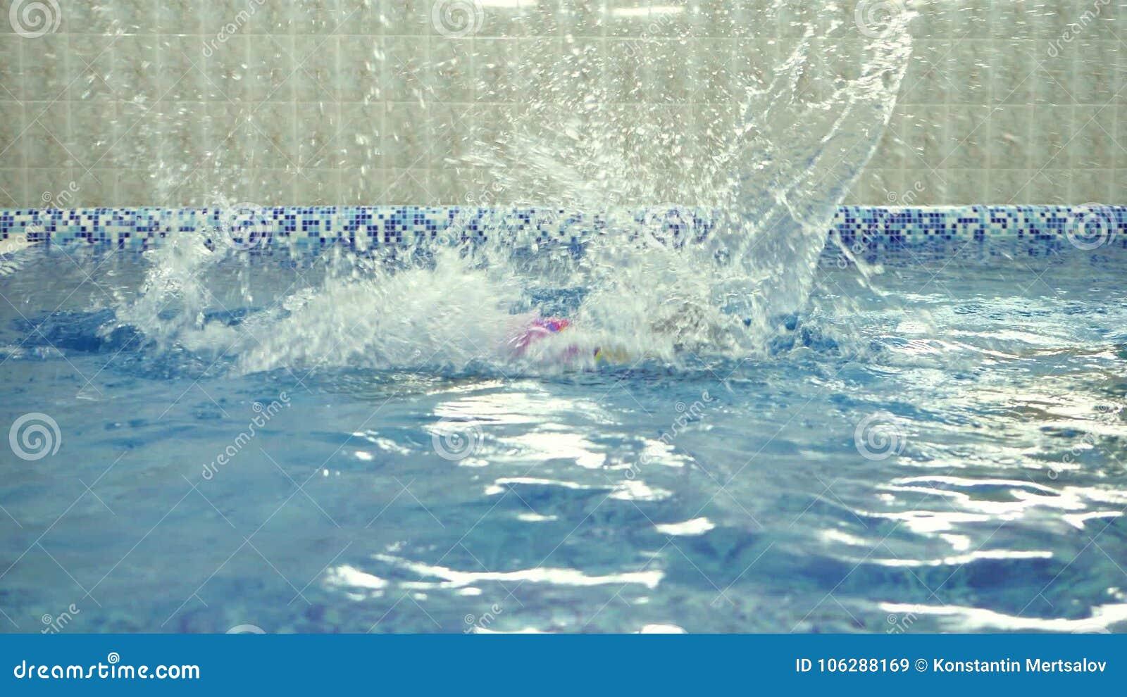 Perfekt Kind ` S Wasserspiele Im Pool Kleinkinder Baden Im Swimmingpool Stock Video    Video Von Wenig, Paare: 106288169