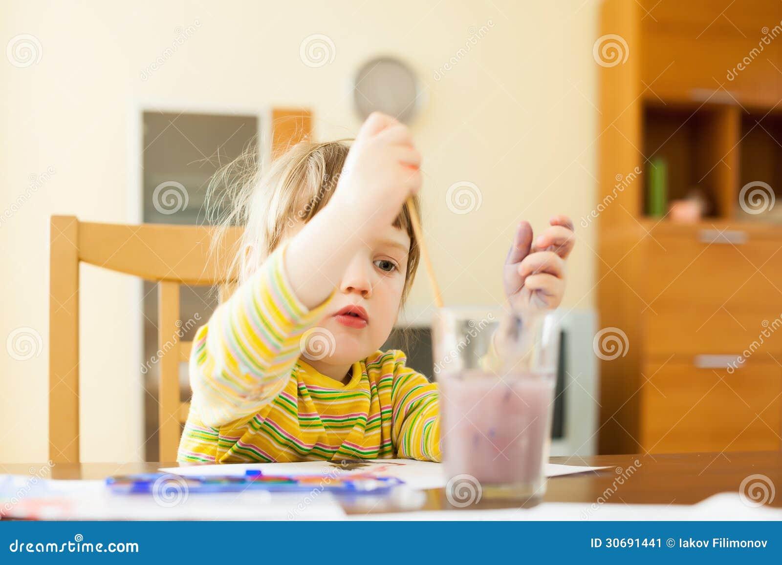 Kind schilderen het van twee jaar met waterverf stock afbeelding afbeelding 30691441 - Schilderen kind jongen ...
