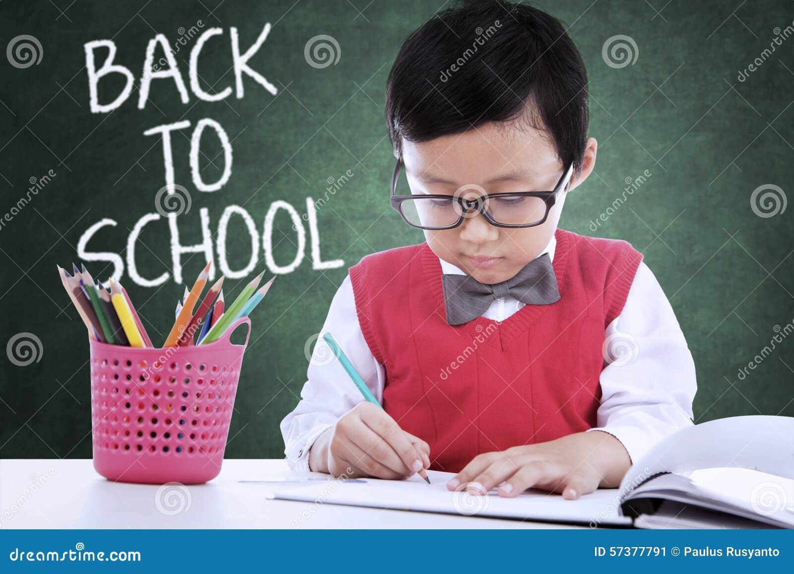 Kind terug naar school en tekening in de klasse