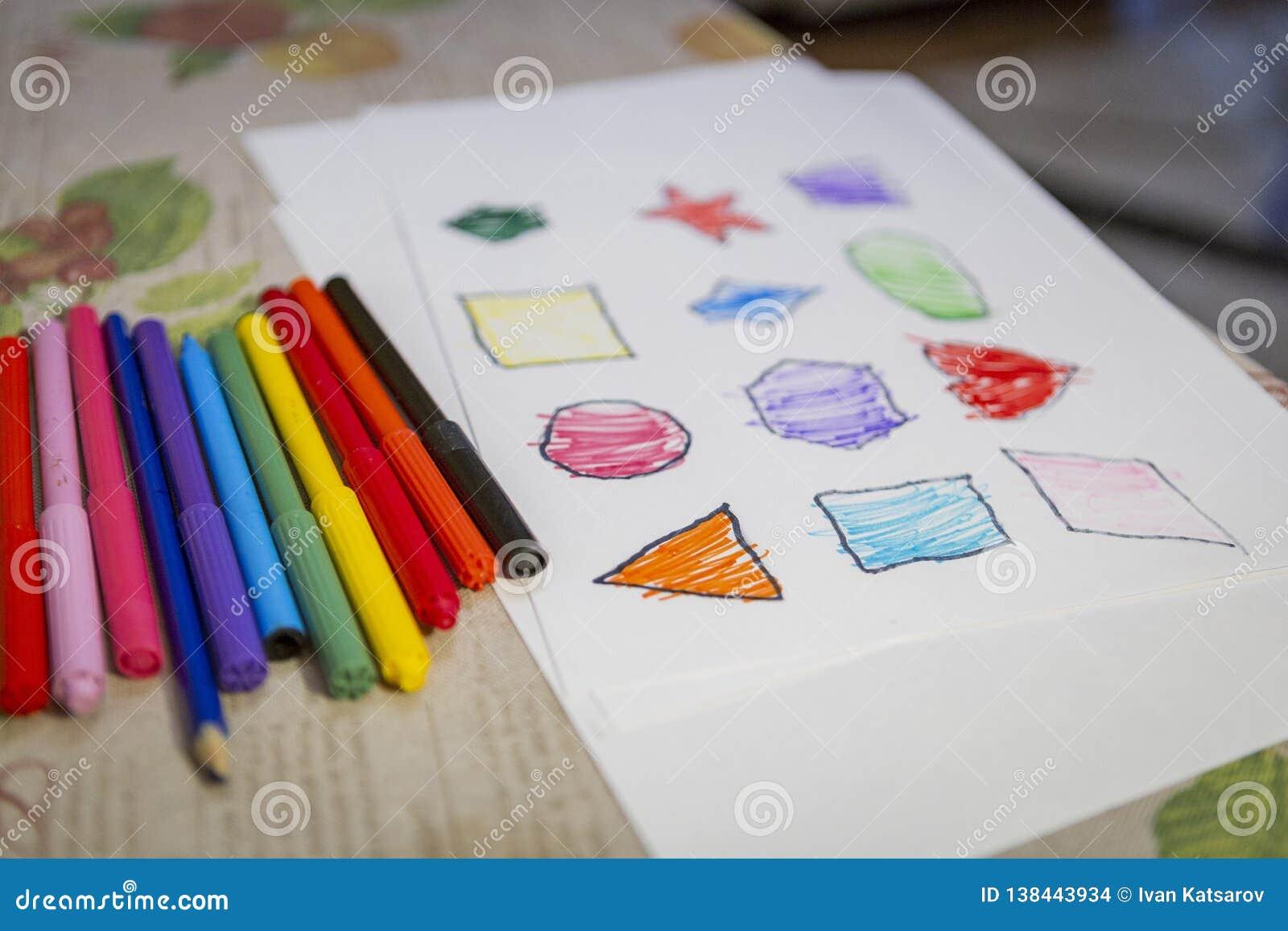 Kind thuis het schilderen en het kleuren cijfers aangaande wit blad