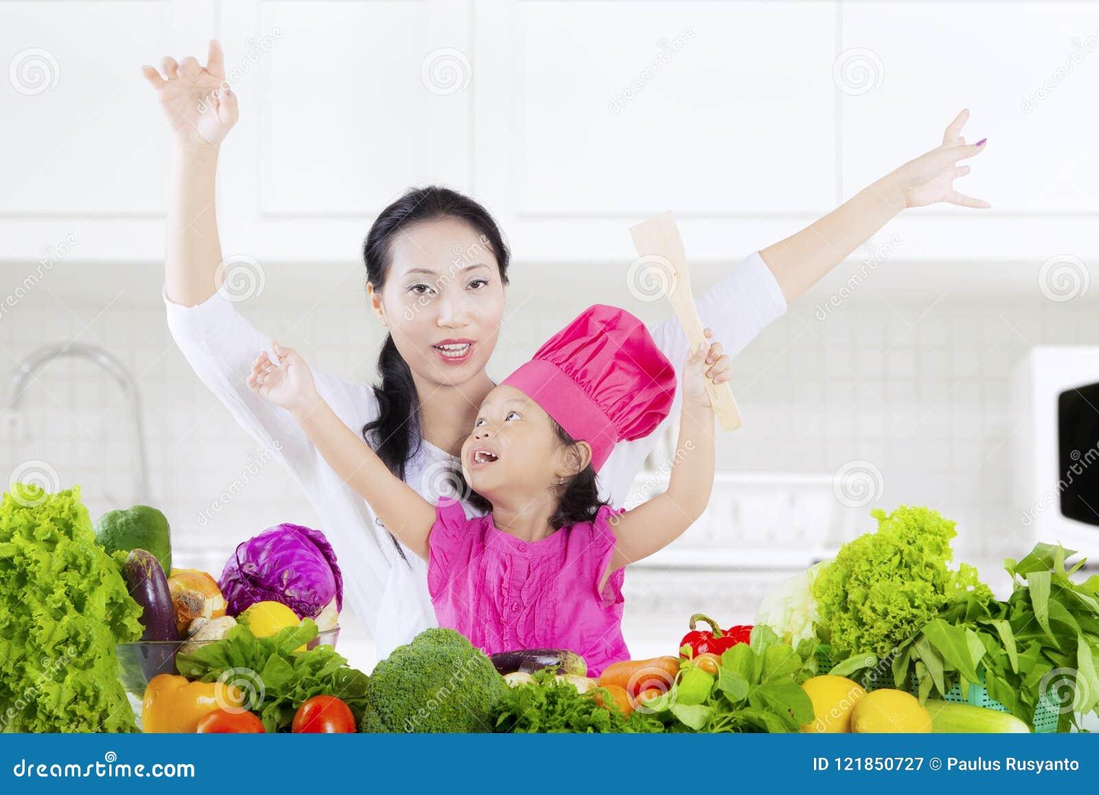 Kind und Mutter mit Gemüse