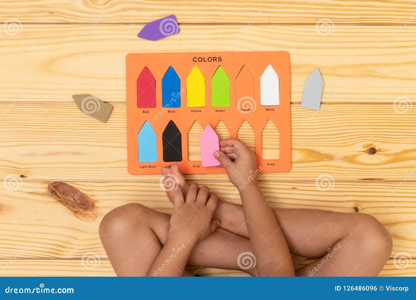 Kind, welches die Farben lernt